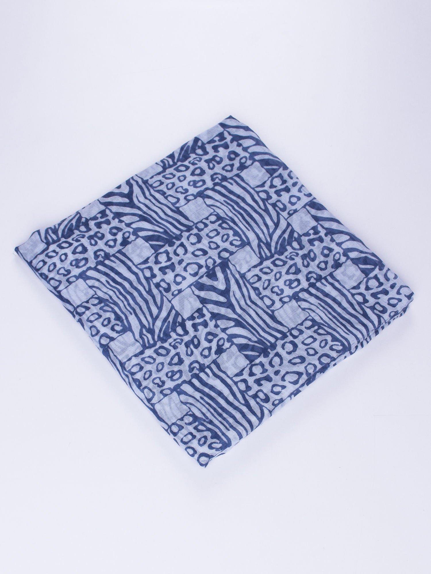 Niebieska chusta w kratę animal print                                  zdj.                                  2