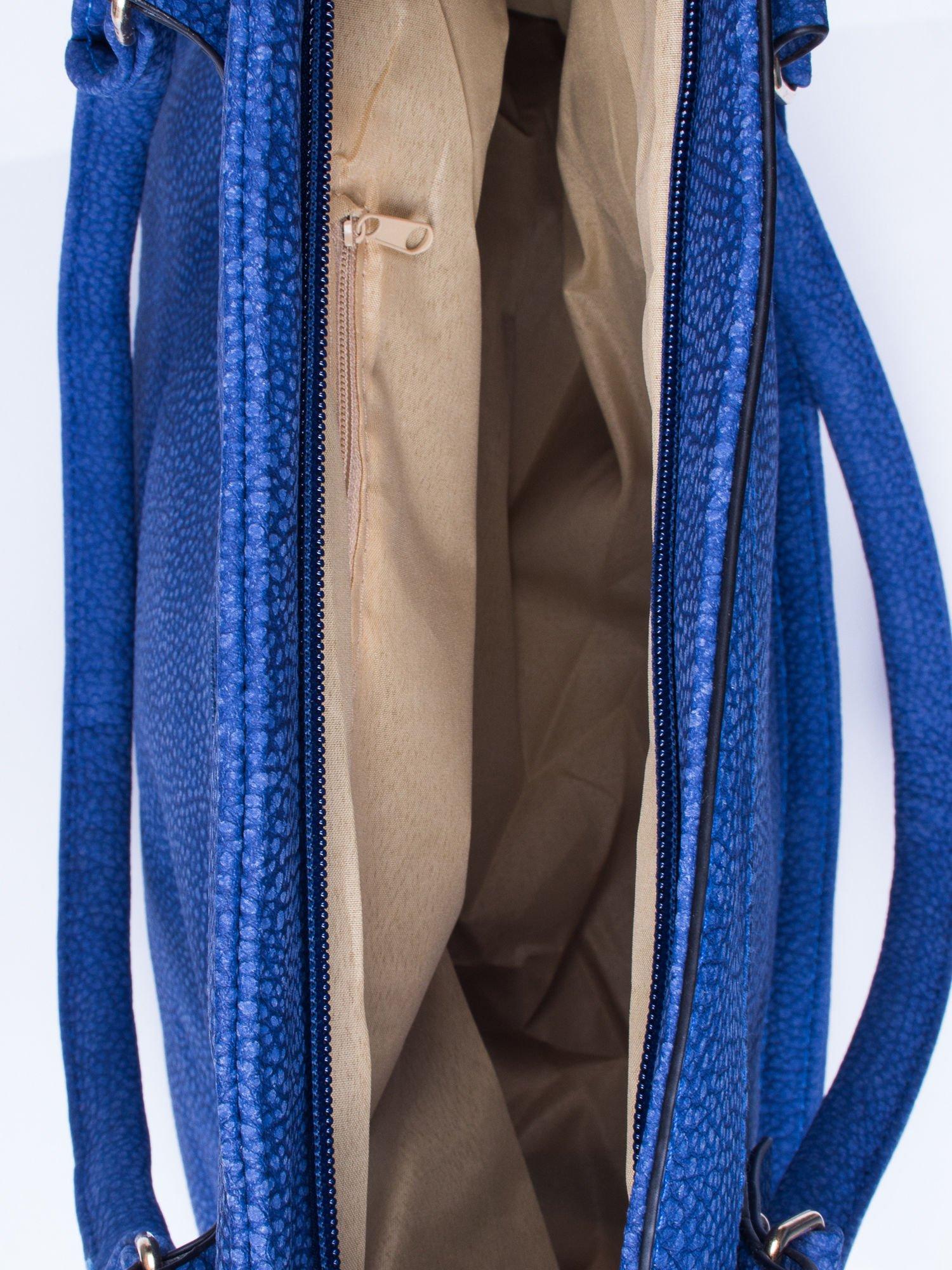 Niebieska fakturowana torba miejska z odpinanym paskiem                                  zdj.                                  4