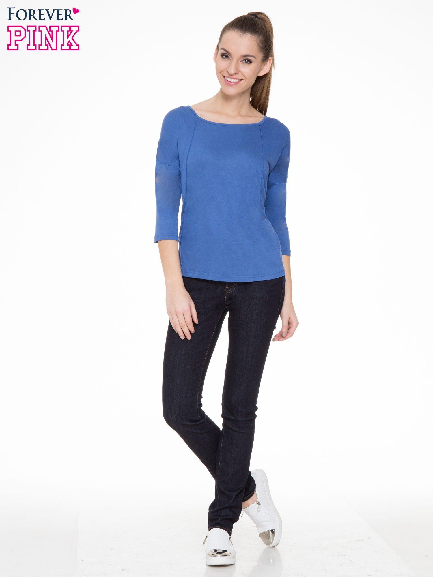 Niebieska gładka bluzka z ozdobnymi przeszyciami                                  zdj.                                  2