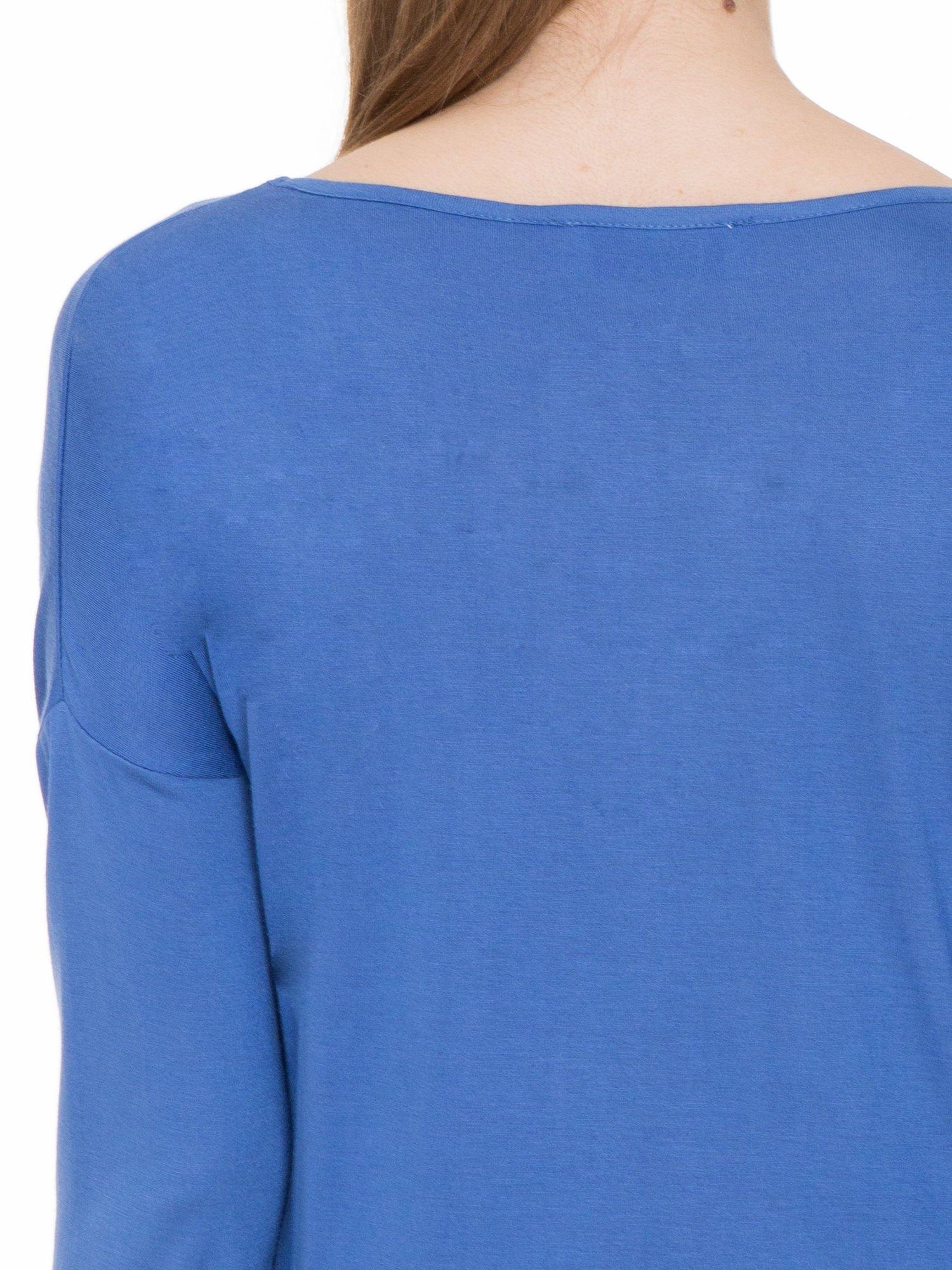 Niebieska gładka bluzka z ozdobnymi przeszyciami                                  zdj.                                  7