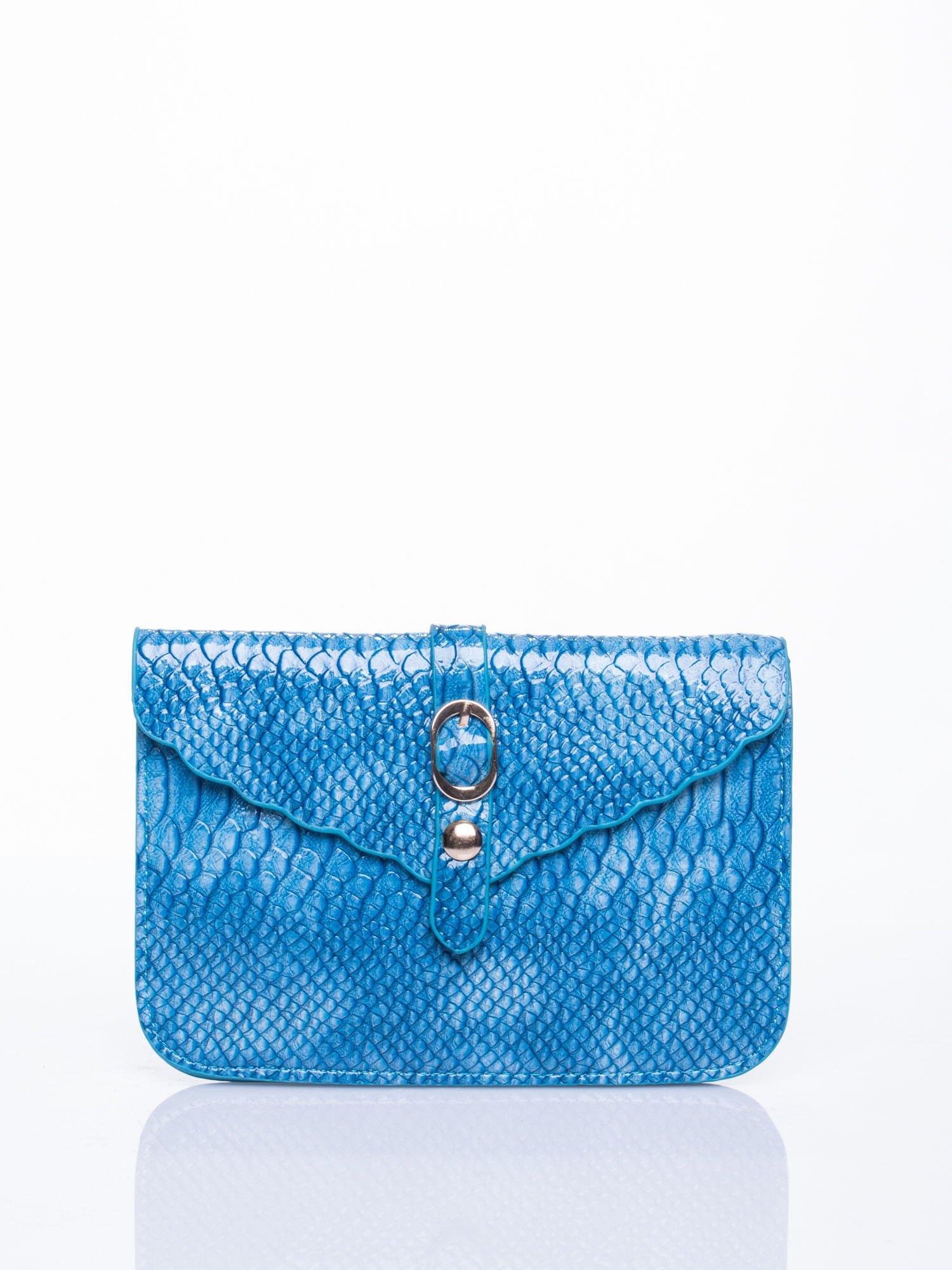 d3b18163e7806 Niebieska kopertówka z motywem skóry krokodyla - Akcesoria torba ...