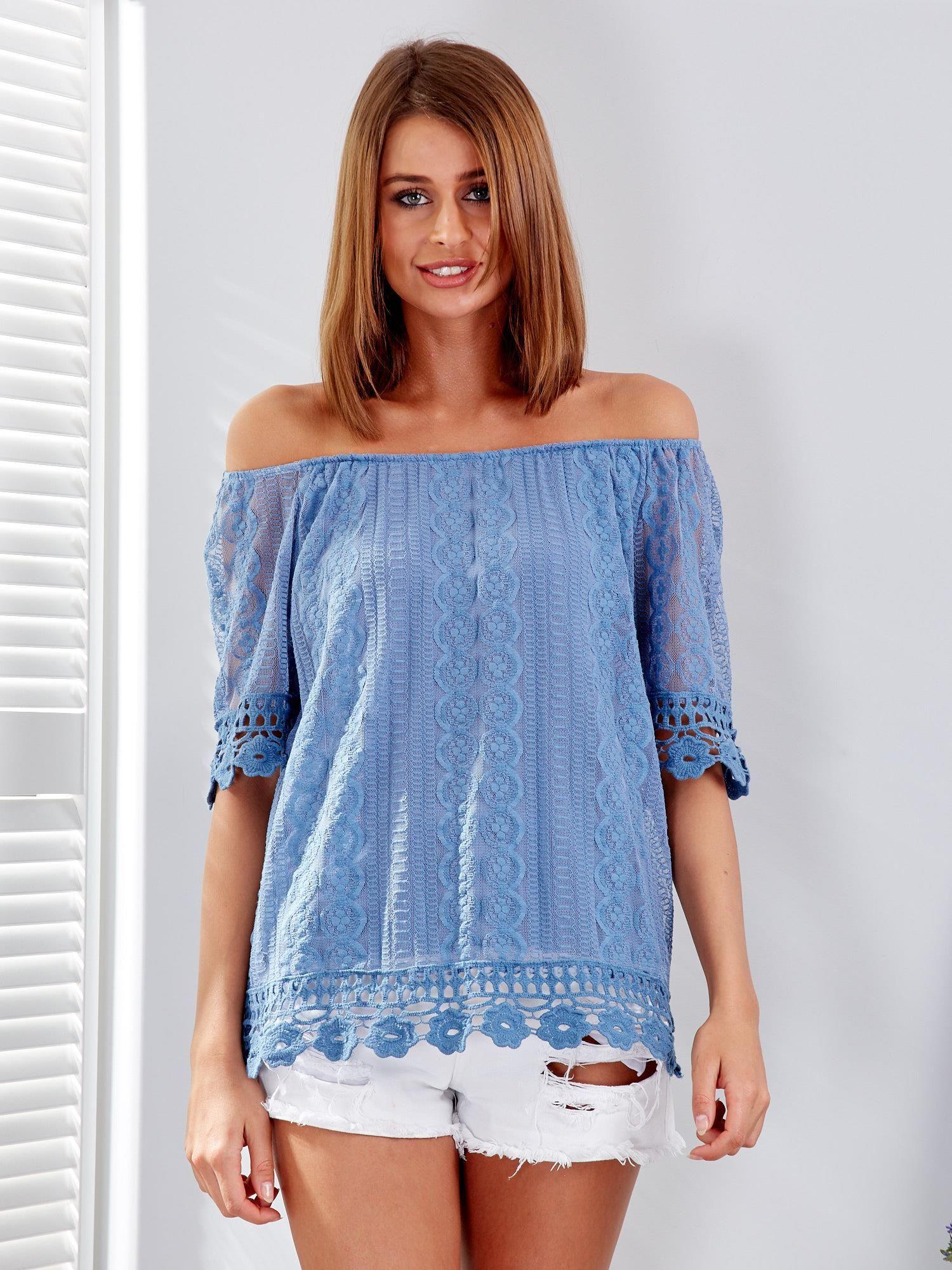 4f6c2ce5a3 Niebieska koronkowa bluzka z dekoltem carmen - Bluzka one size ...