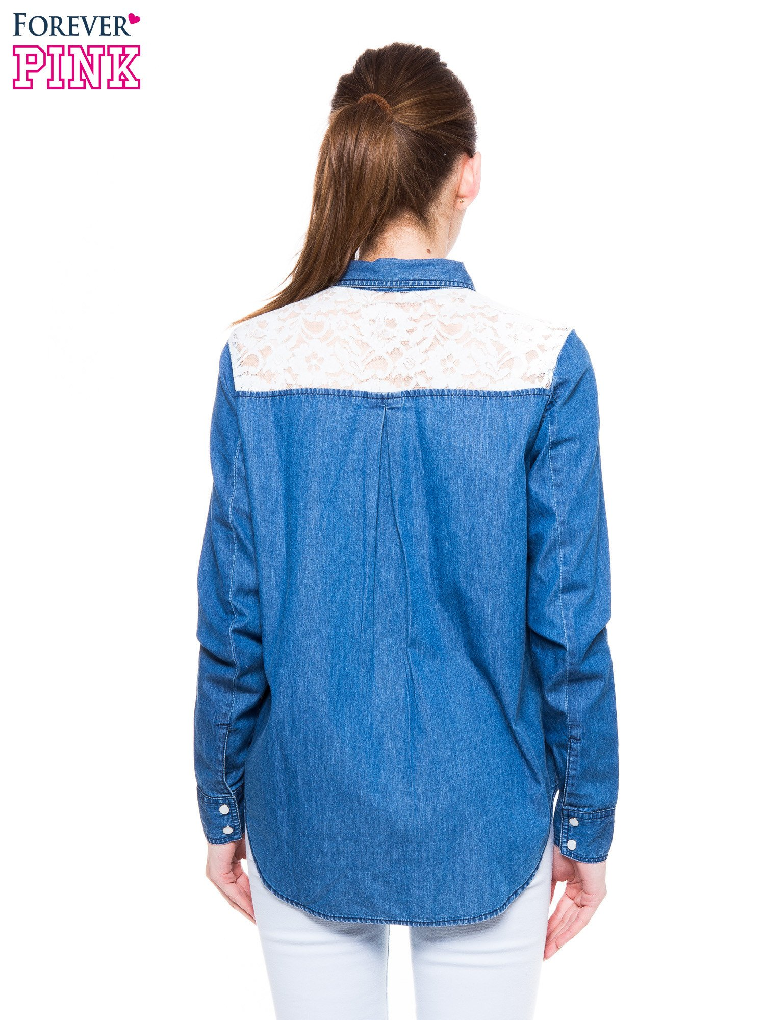 Niebieska koszula jeansowa z koronkową wstawką                                  zdj.                                  4