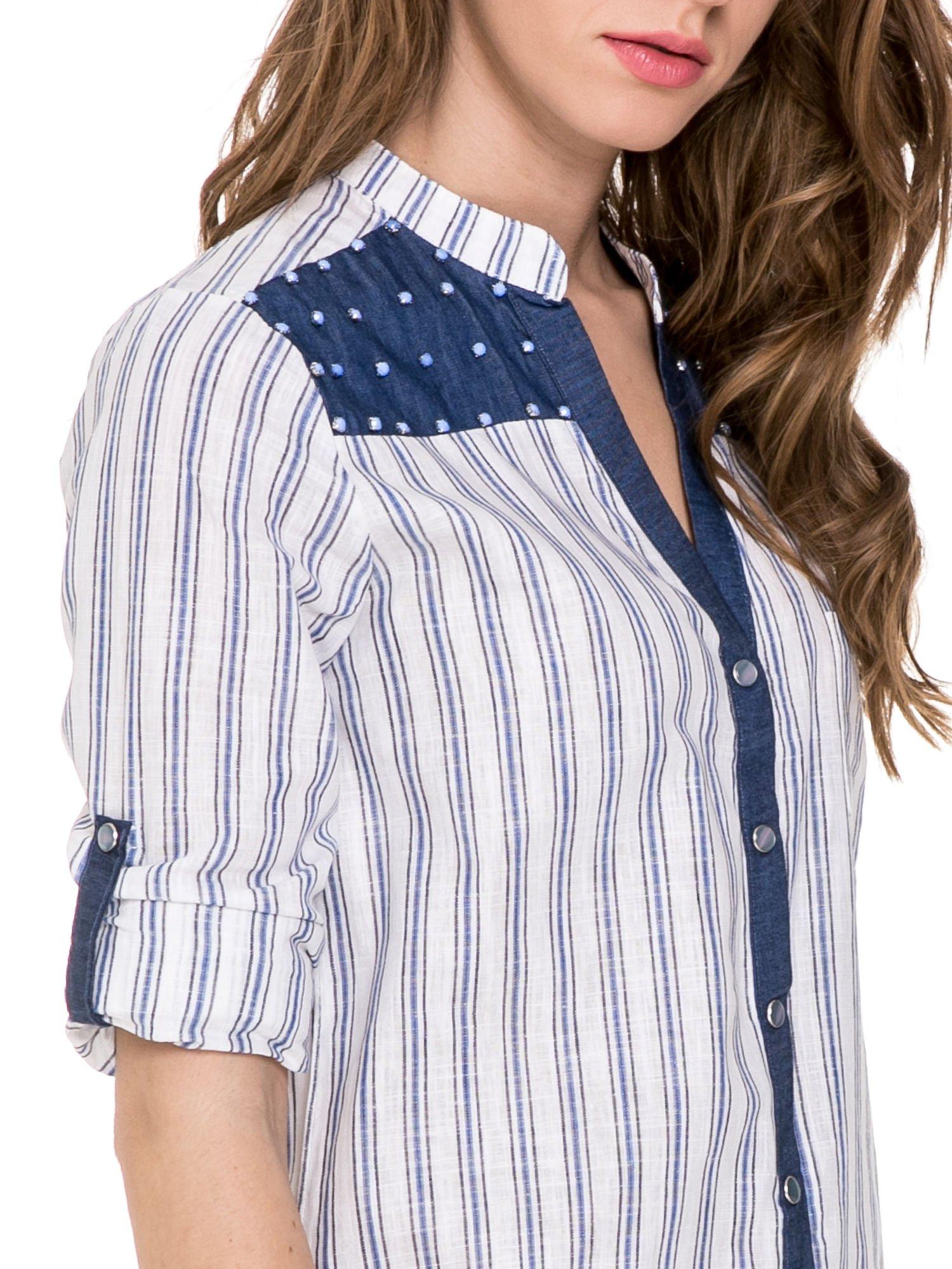 Niebieska koszula w paski z listwą z denimu i dżetami                                  zdj.                                  6