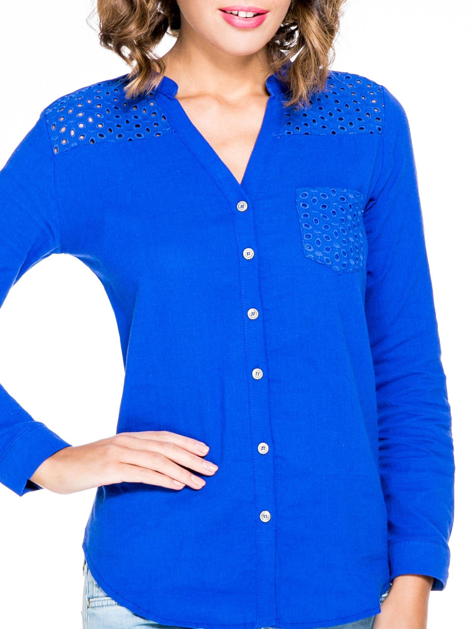 Niebieska koszula z ażurowaniem na górze i kieszonką                                  zdj.                                  7