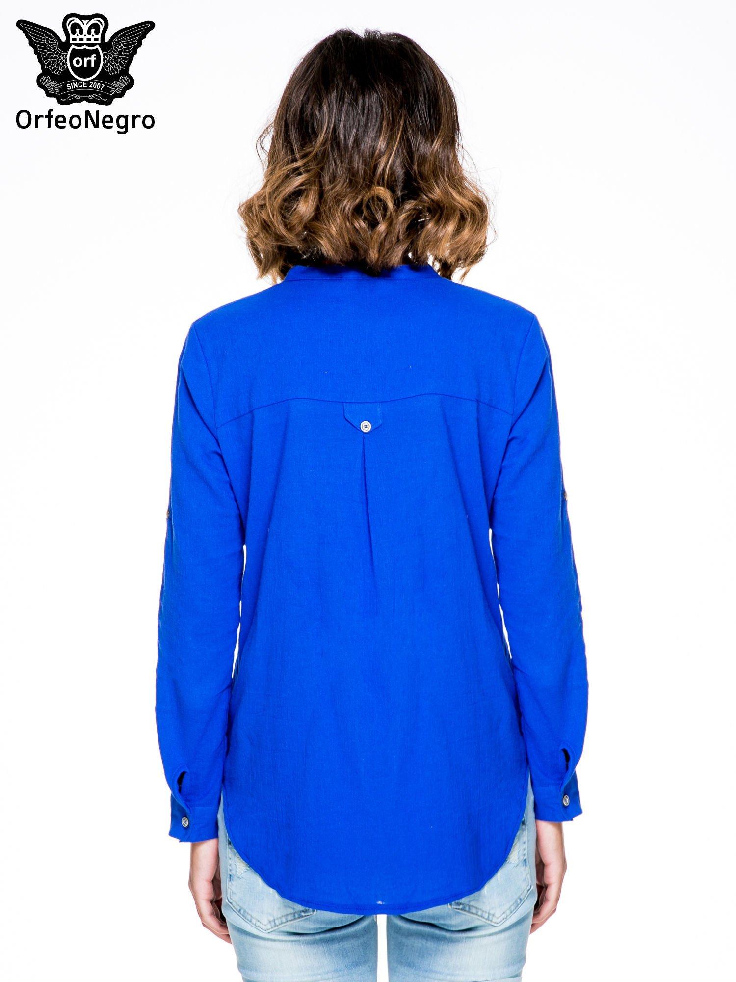 Niebieska koszula z ażurowaniem na górze i kieszonką                                  zdj.                                  4