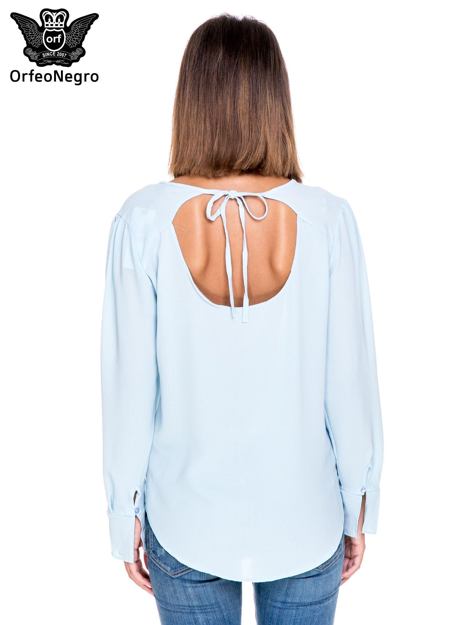 Niebieska koszula z wycięciem na plecach                                  zdj.                                  4