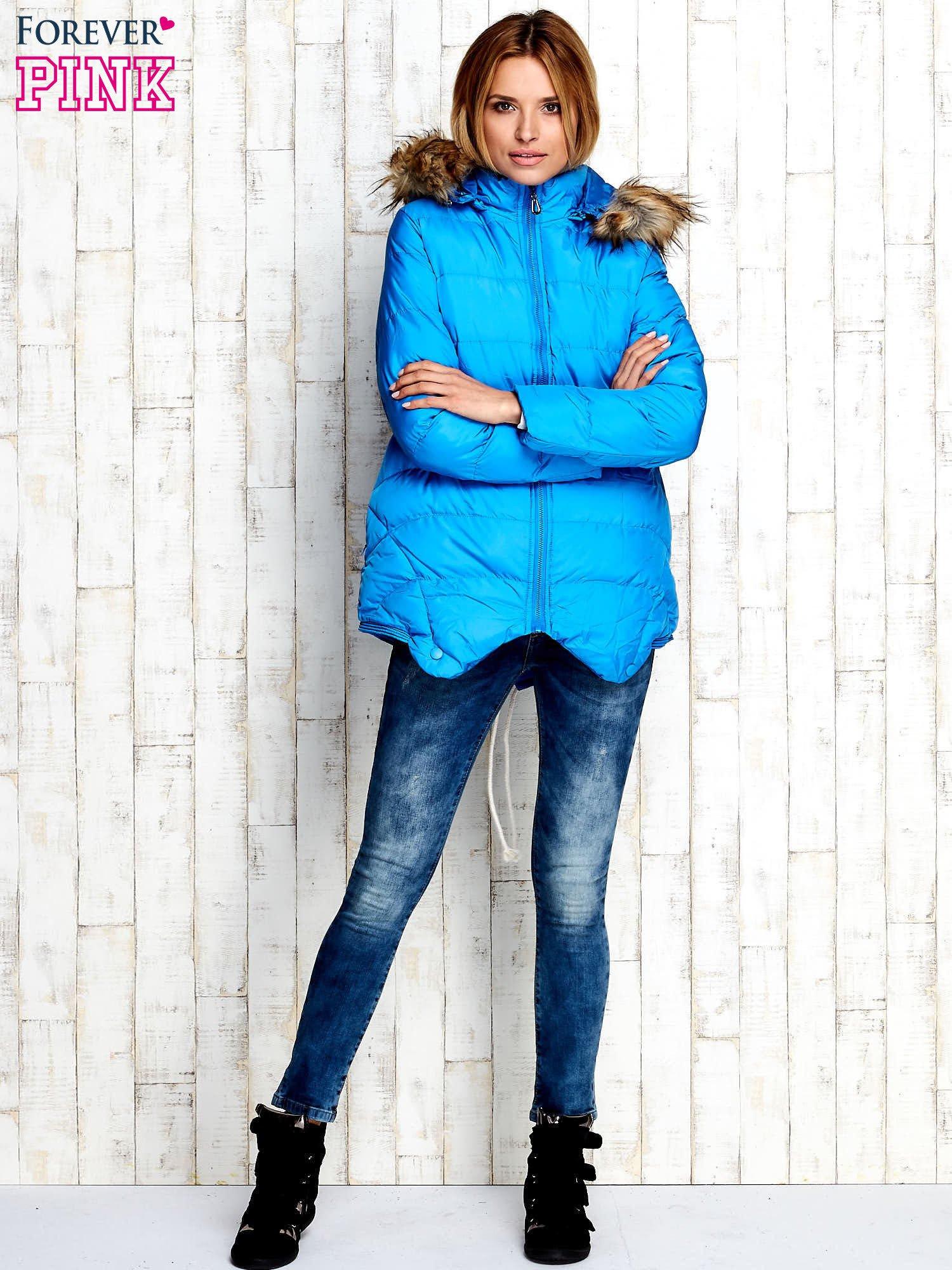 Niebieska ocieplana kurtka z futrzanym wykończeniem kaptura                                  zdj.                                  2
