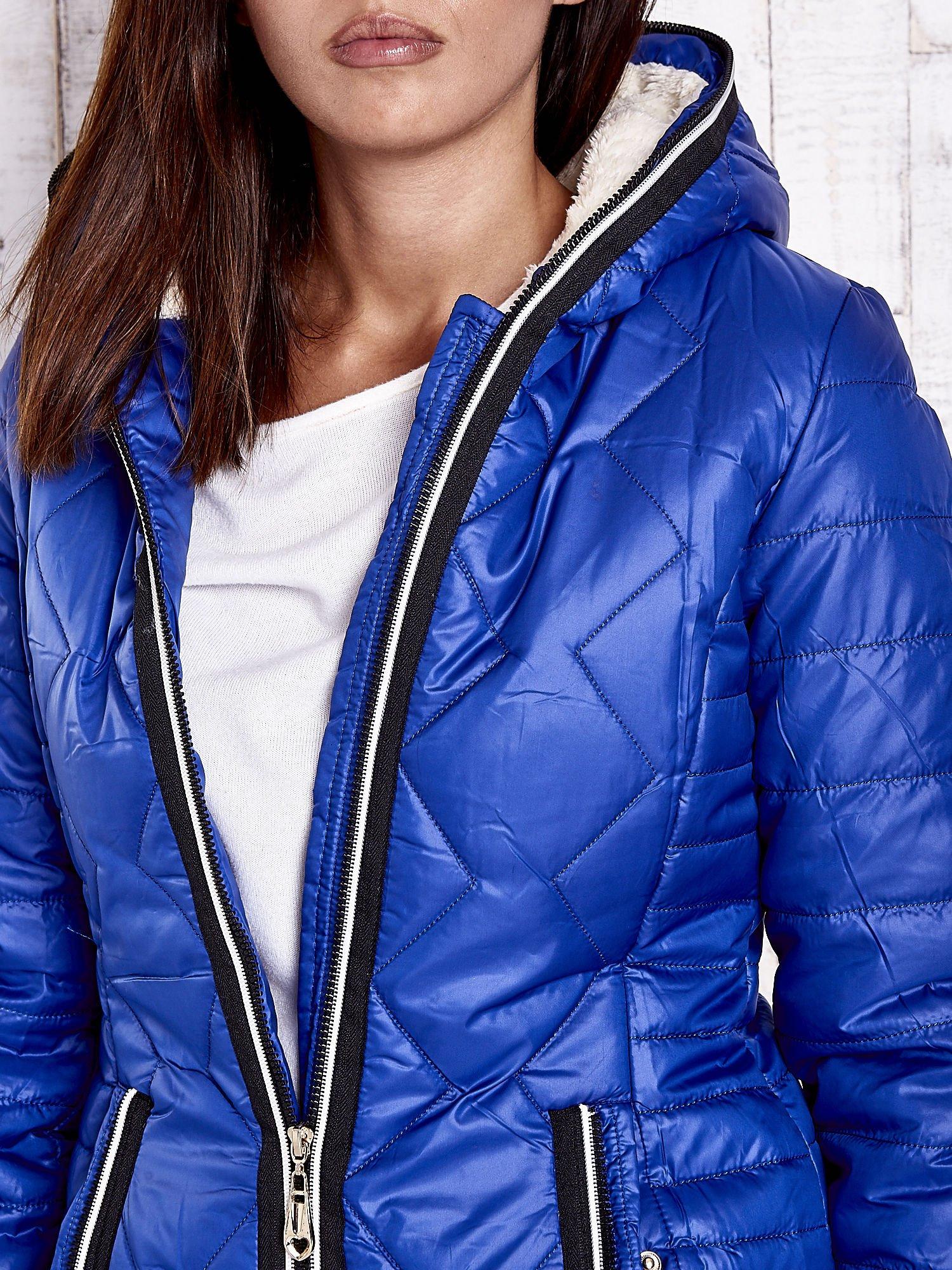 Niebieska pikowana kurtka z futrzaną podszewką                                  zdj.                                  9