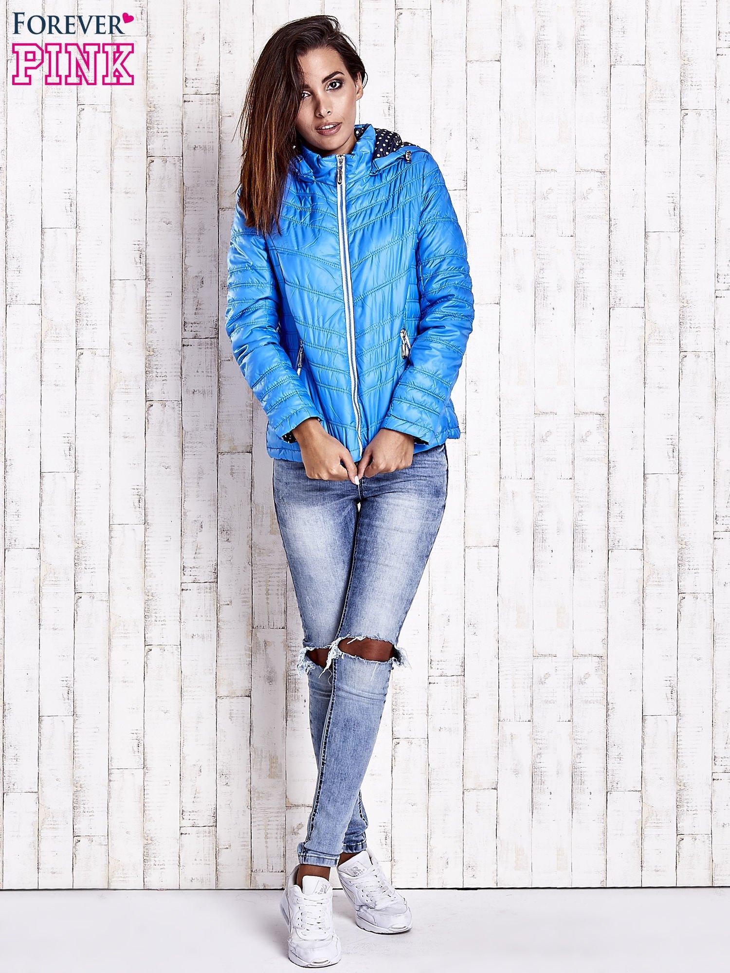 Niebieska pikowana kurtka z wykończeniem w groszki                                  zdj.                                  5