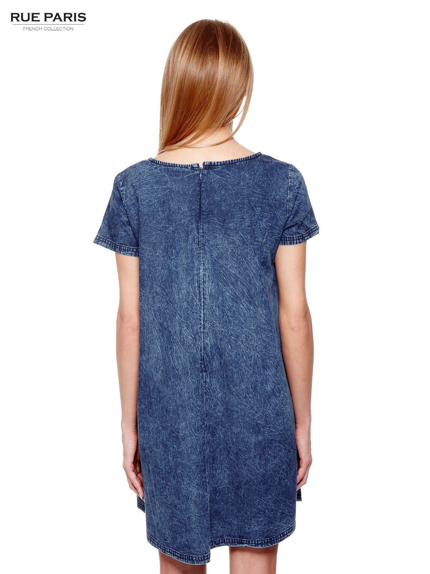 Niebieska prosta sukienka jeansowa z efektem marmurkowym                                  zdj.                                  4
