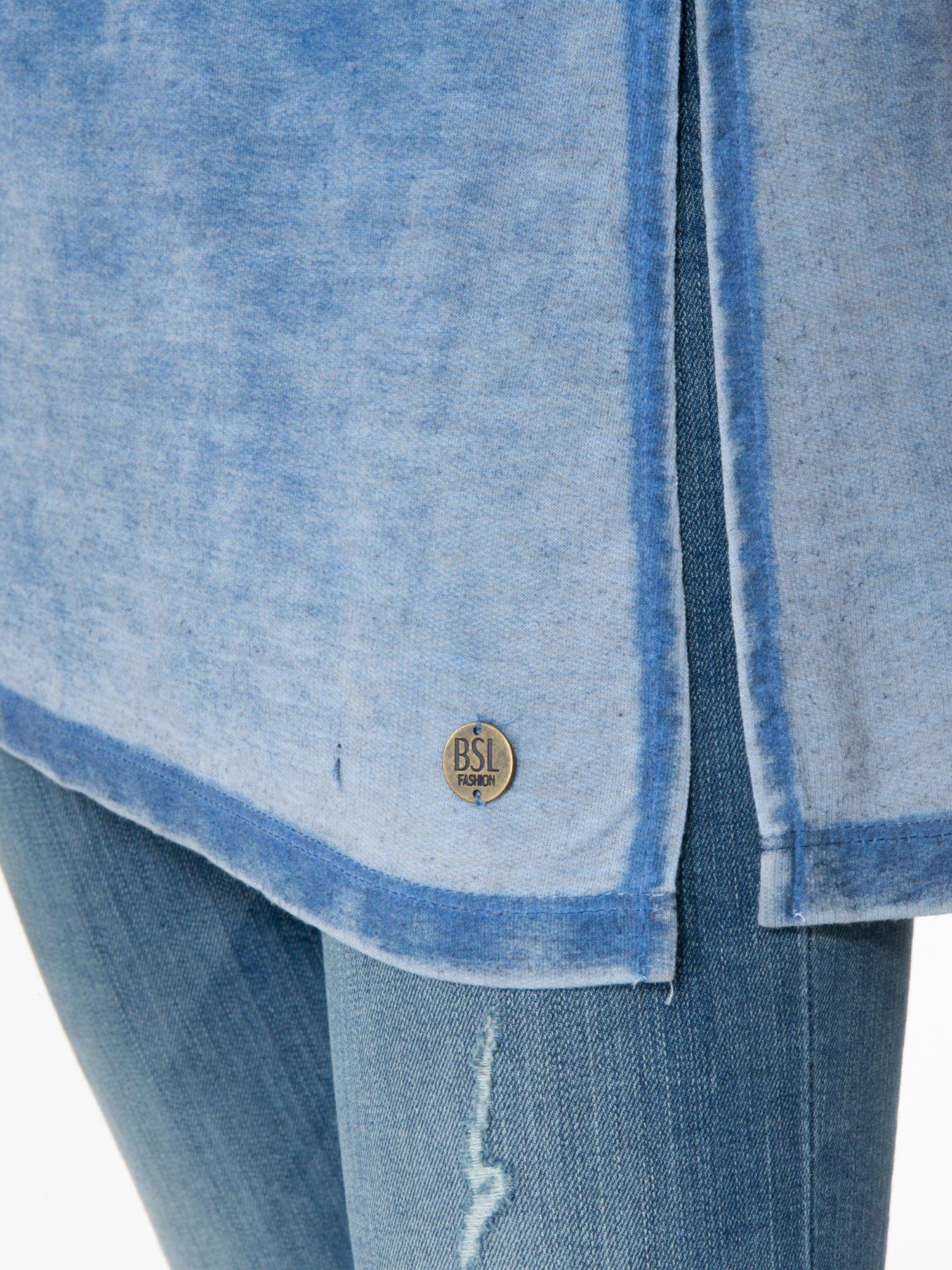 Niebieska sukienka typu t-shirt bluzka z efektem dekatyzowania                                  zdj.                                  9