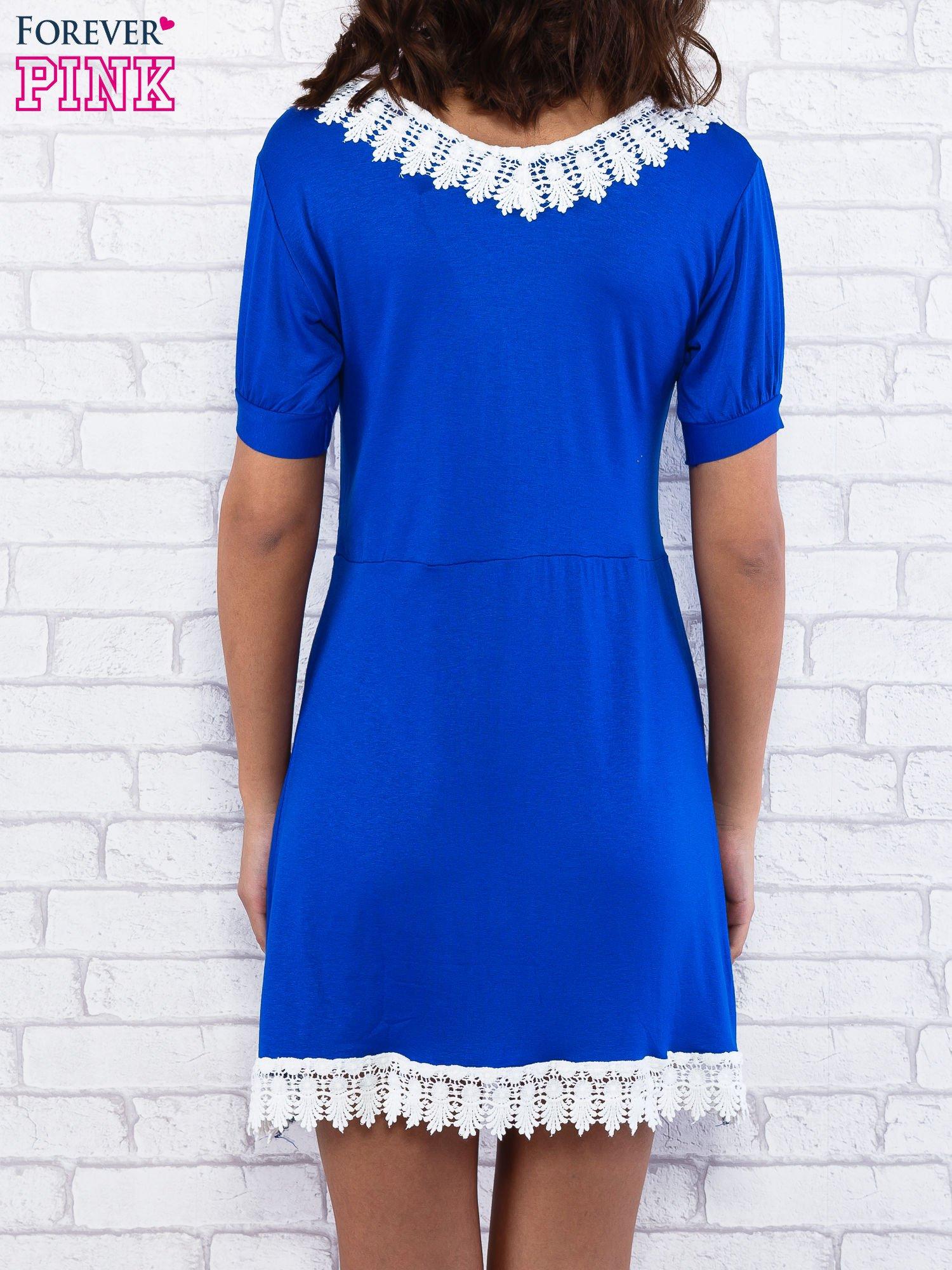 Niebieska sukienka z koronkowym wykończeniem                                  zdj.                                  3