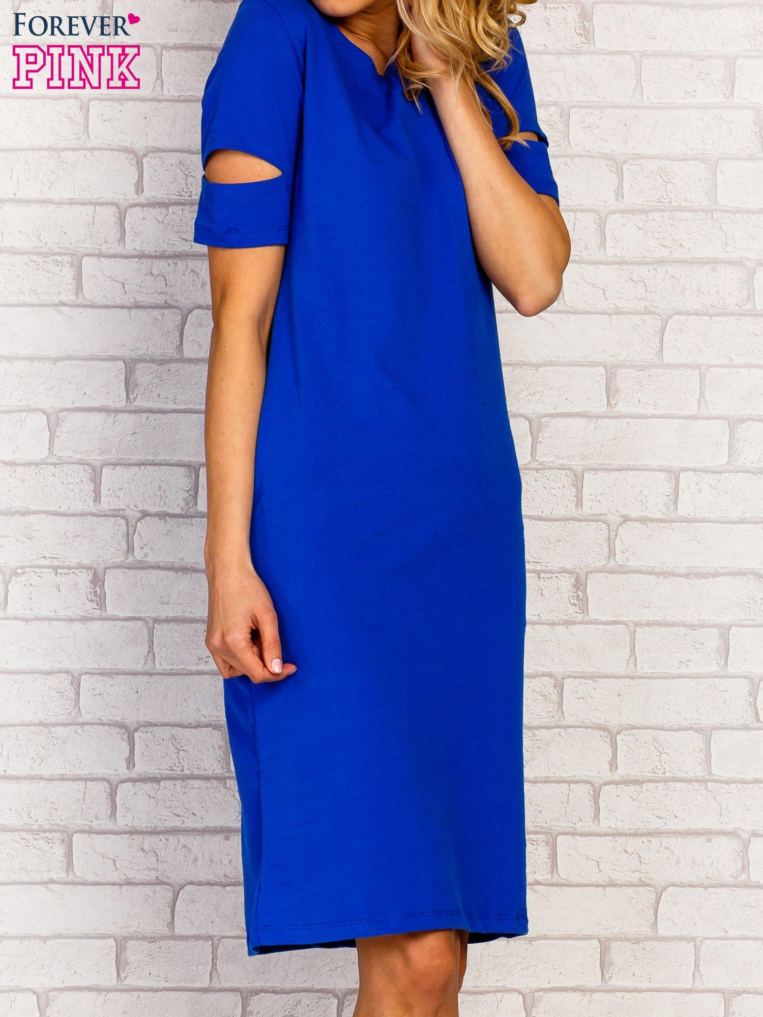 Niebieska sukienka z rozcięciami na rękawach                                  zdj.                                  2