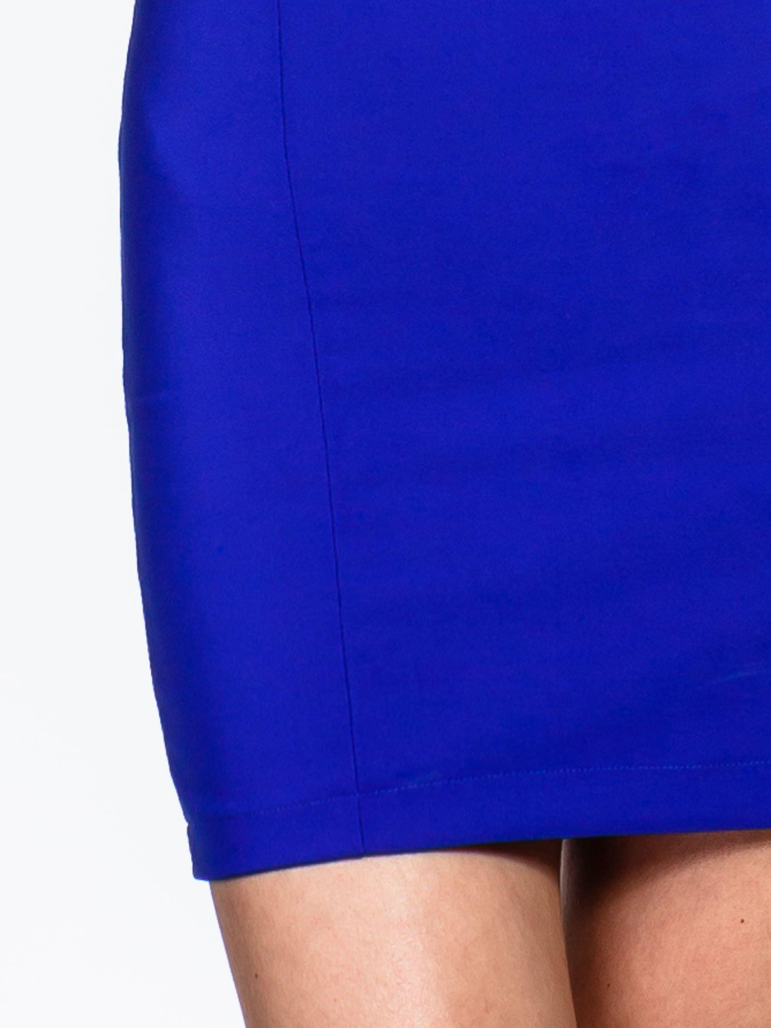 Niebieska sukienka z wycięciem na dekolcie                                  zdj.                                  6