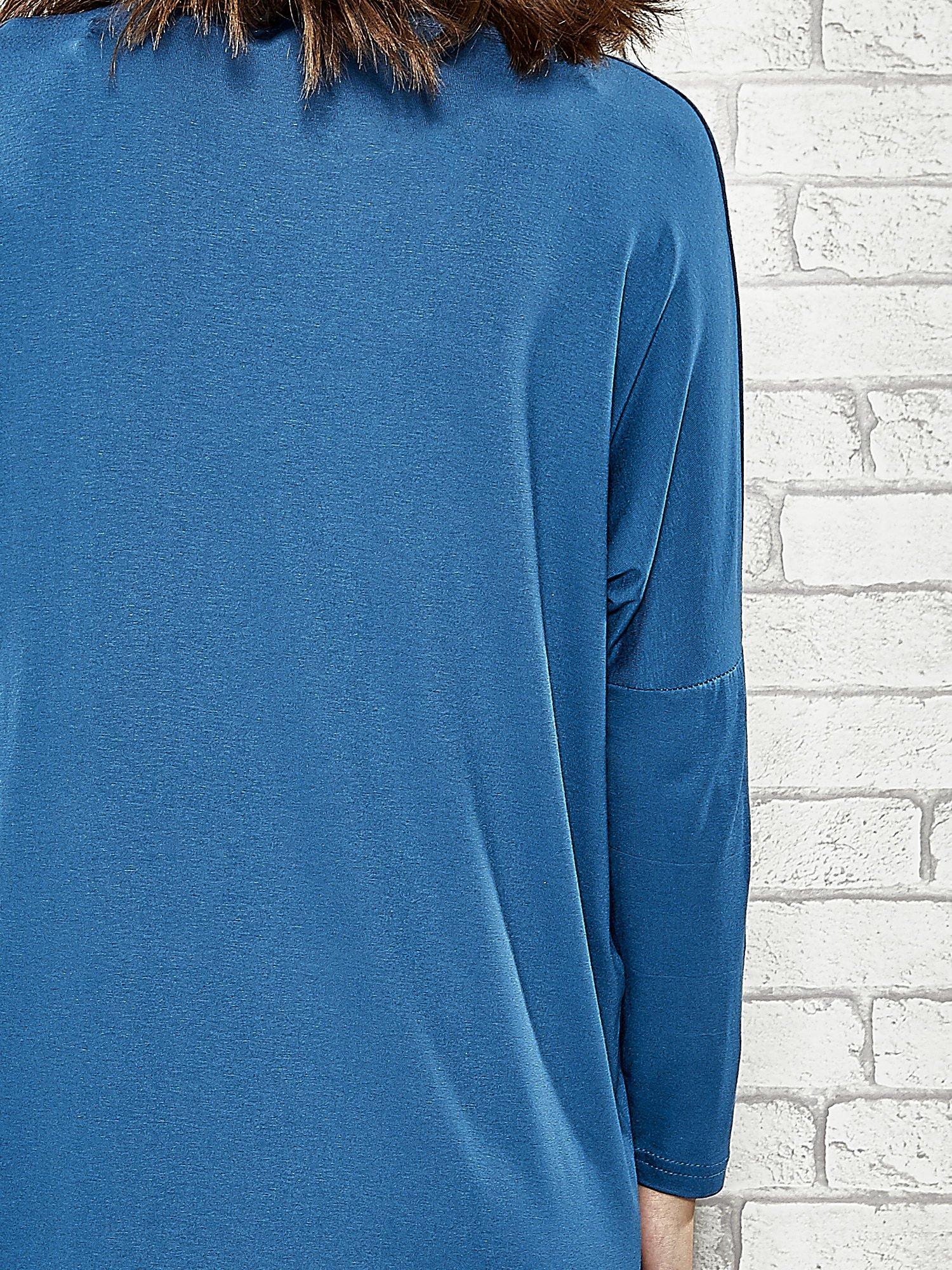 Niebieska sukienka ze złotym napisem UNIQUE                                  zdj.                                  6