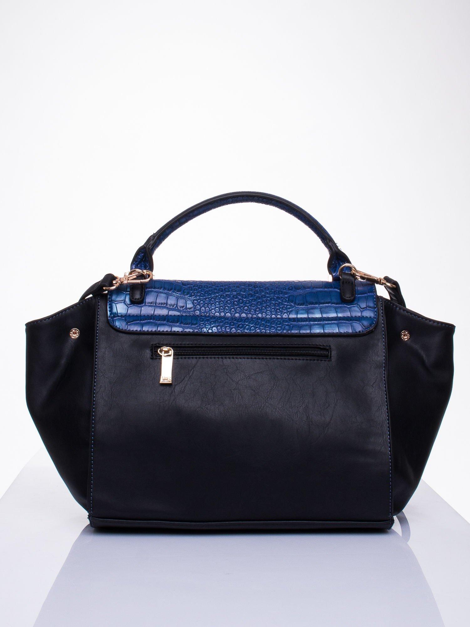 Niebieska torba z motywem skóry aligatora i złotym łańcuszkiem                                  zdj.                                  2