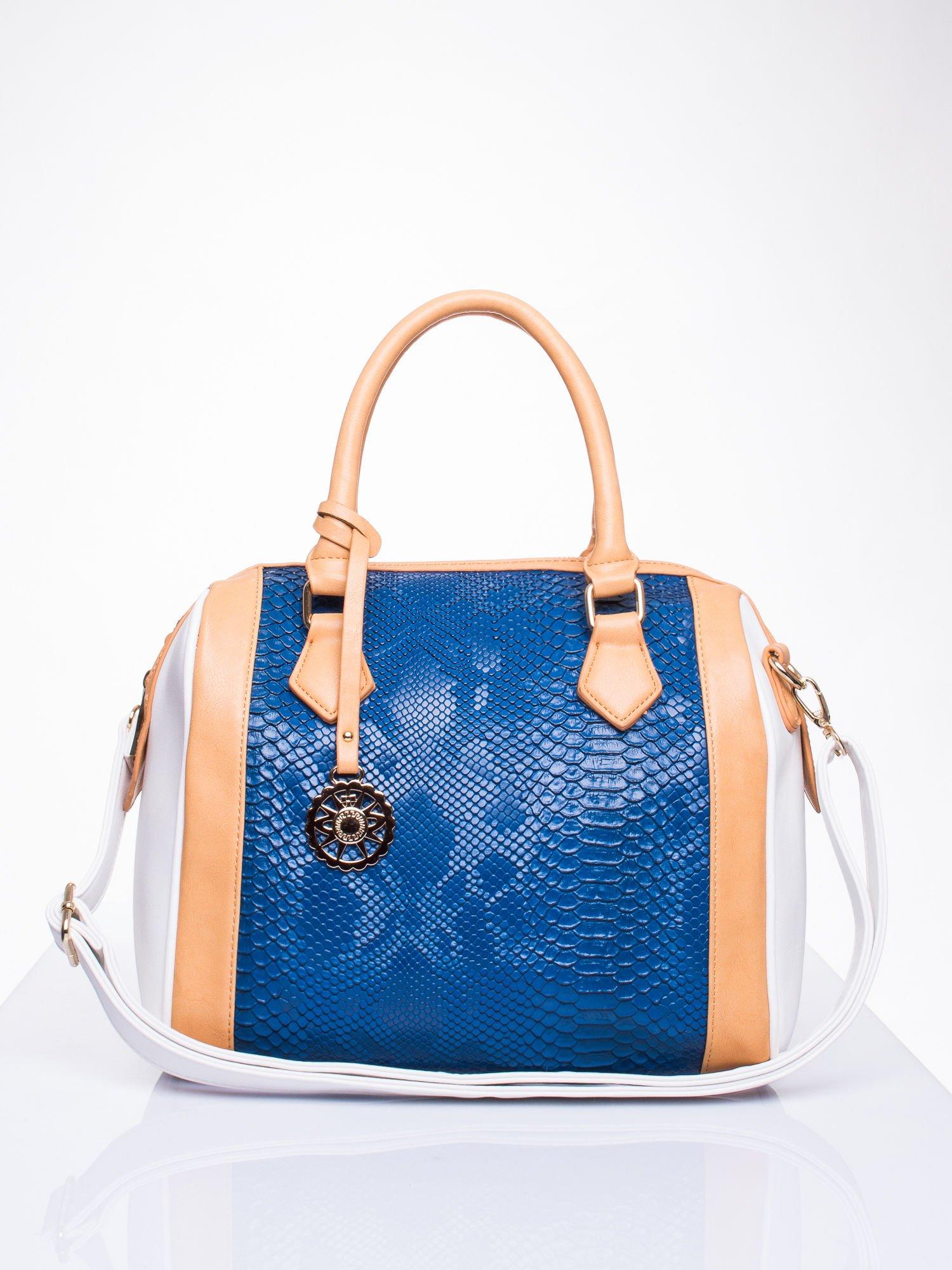Niebieska torba z motywem skóry węża i ozdobną zawieszką                                  zdj.                                  1