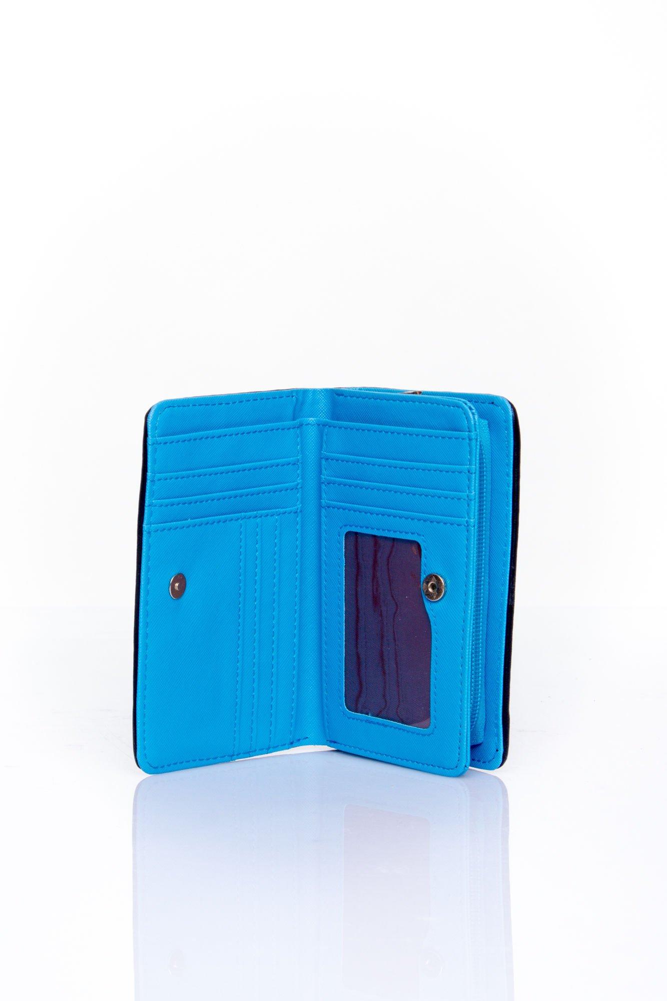 Niebieski portfel z granatowym plecionkowym wykończeniem                                  zdj.                                  3
