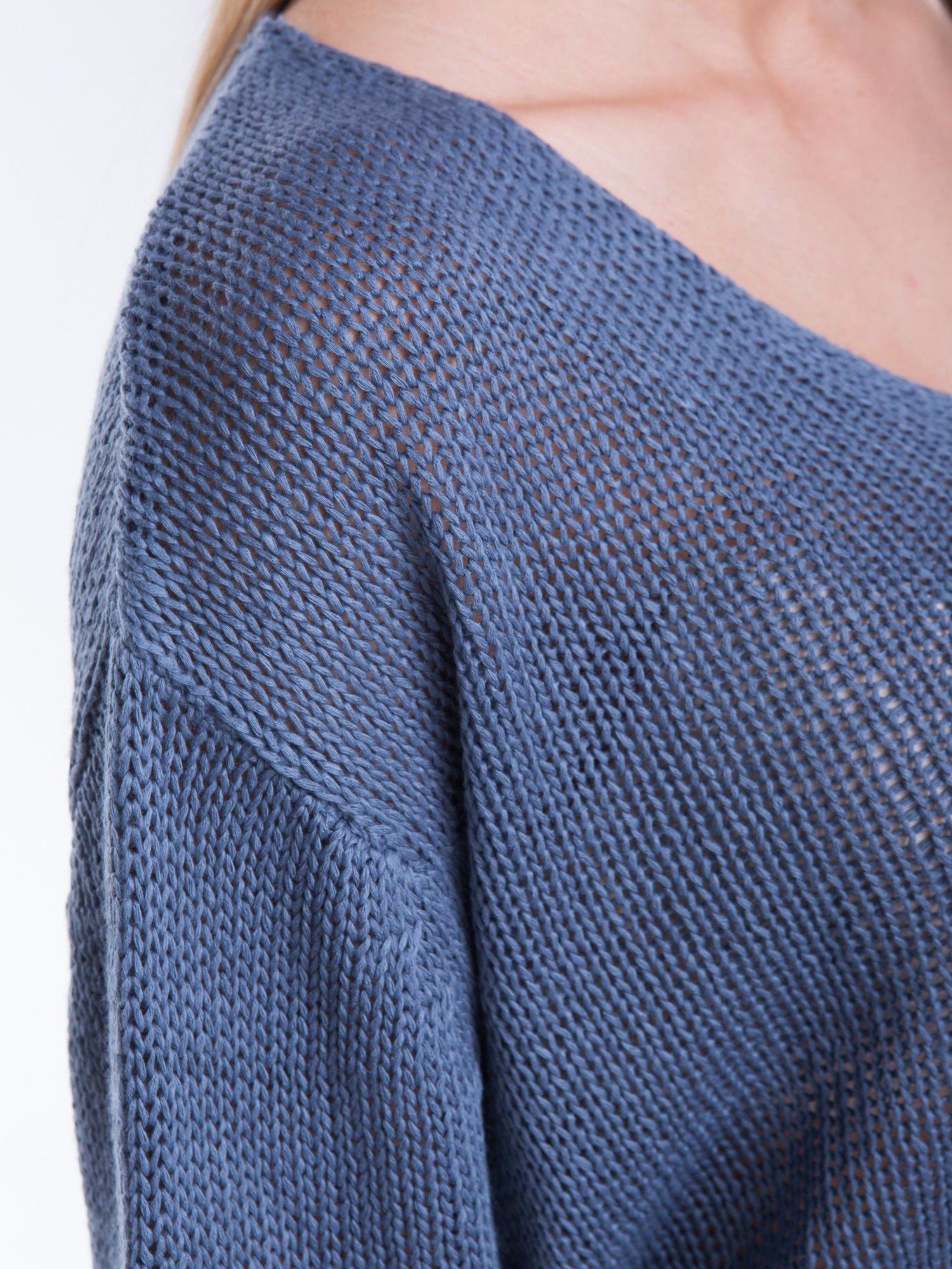 Niebieski siatkowy sweter typu crop top                                  zdj.                                  6