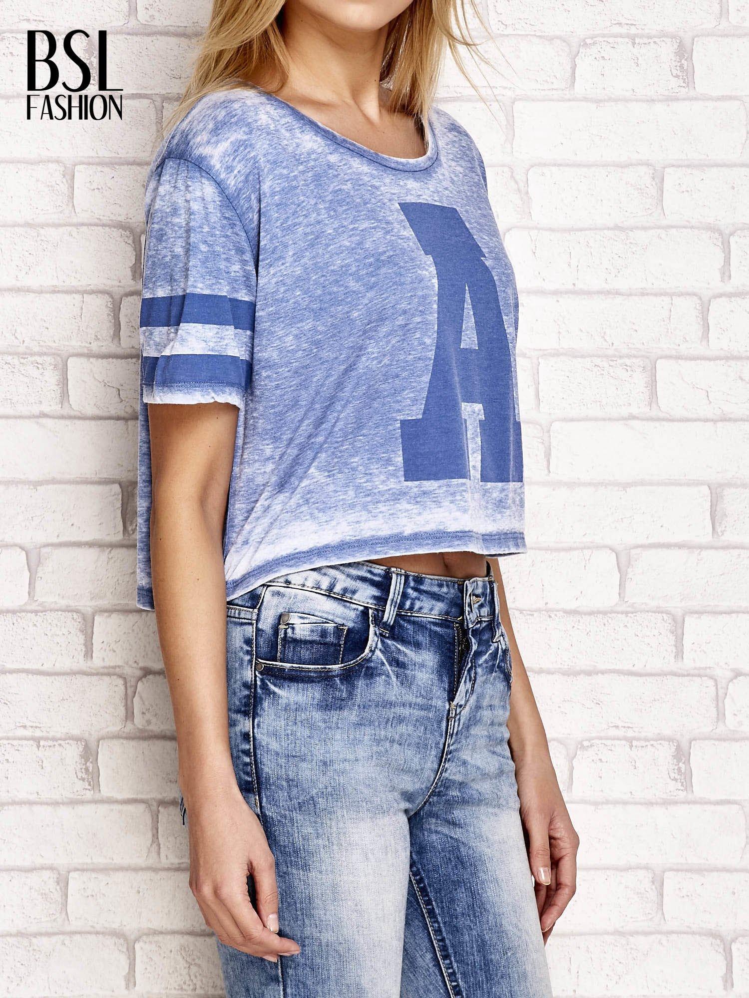 Niebieski t-shirt acid wash z literą A                                  zdj.                                  3