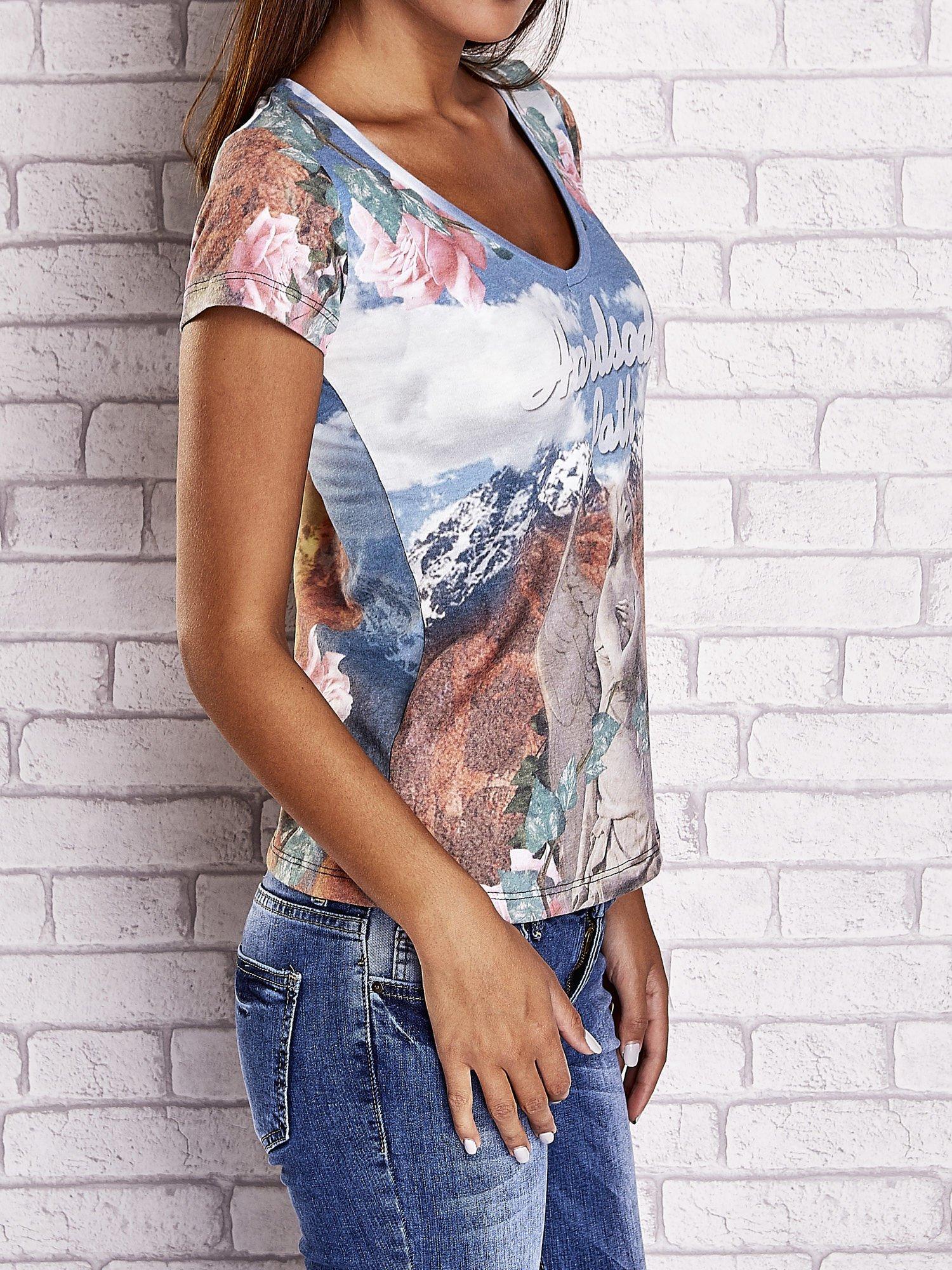 Niebieski t-shirt w róże z nadrukiem gór i nieba                                  zdj.                                  3