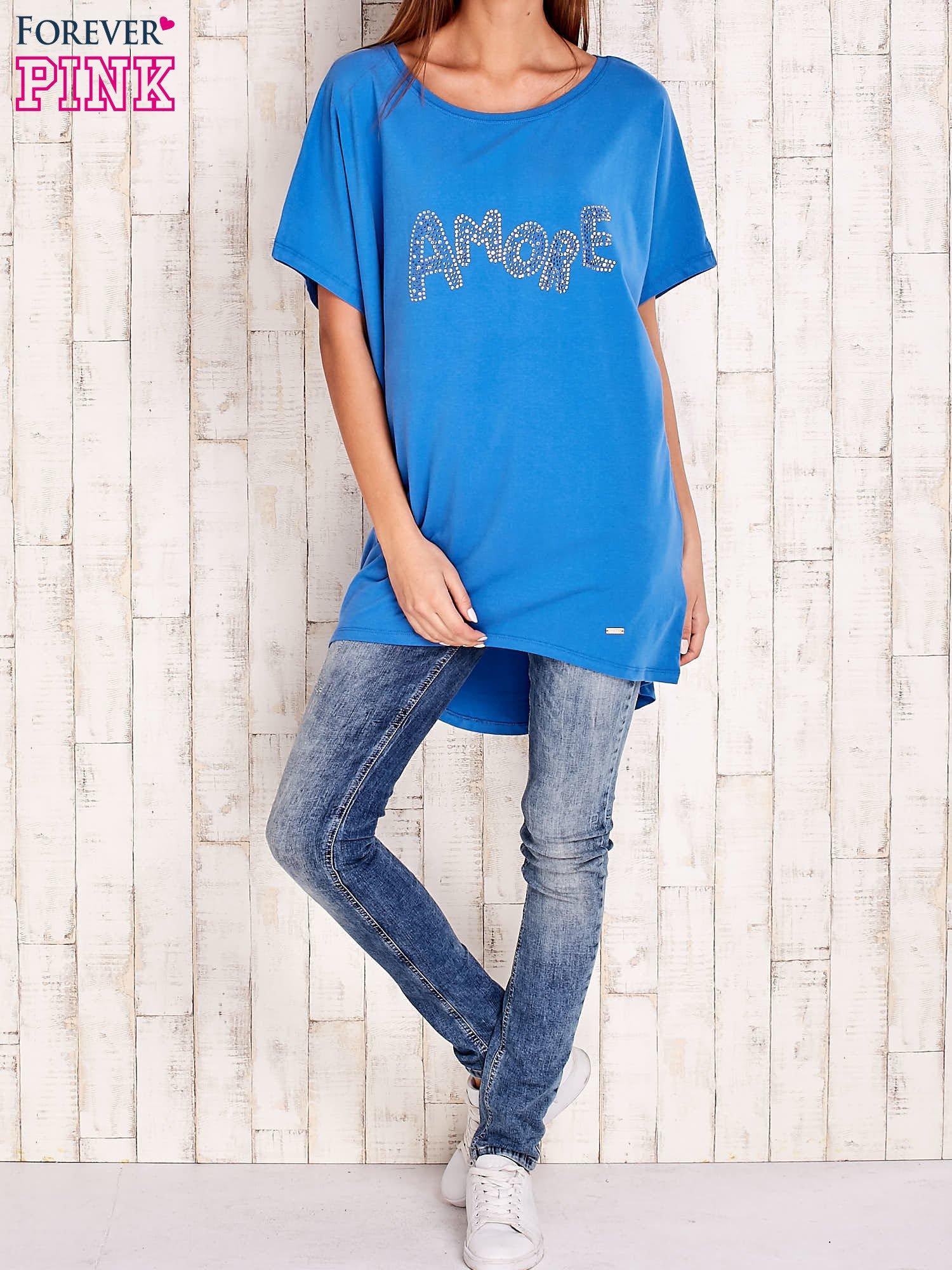 Niebieski t-shirt z biżuteryjnym napisem AMORE                                  zdj.                                  4