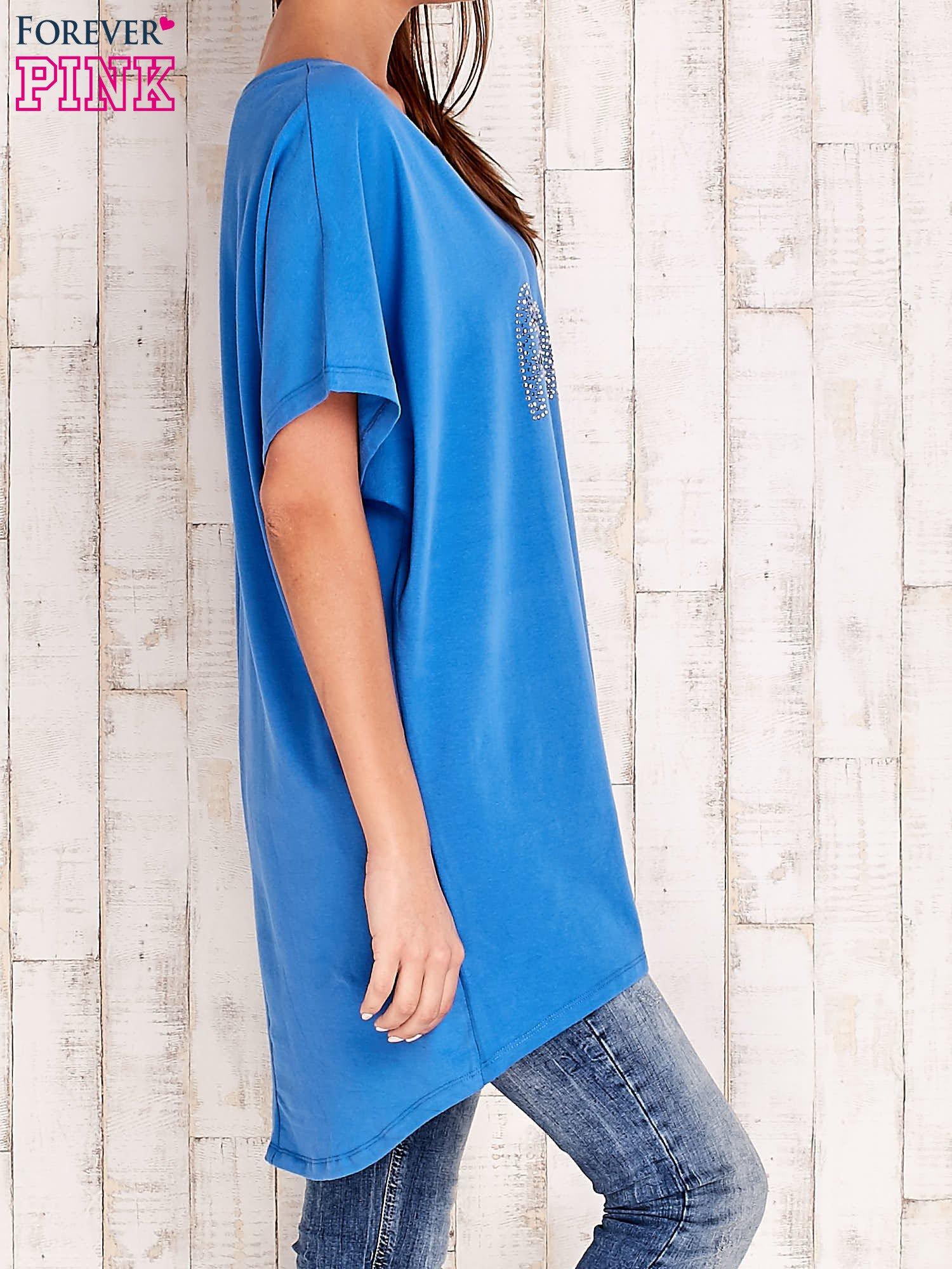 Niebieski t-shirt z biżuteryjnym napisem AMORE                                  zdj.                                  3