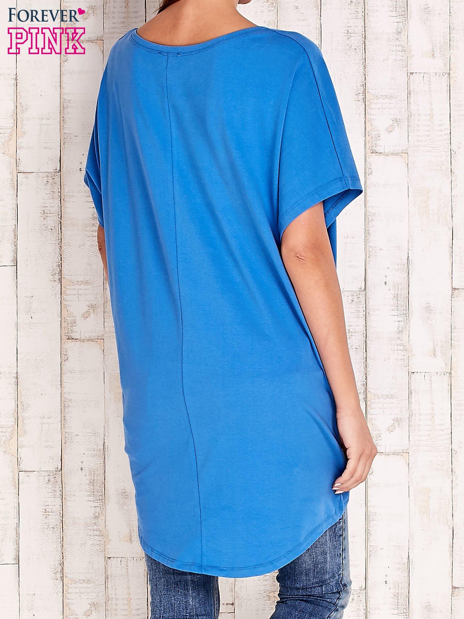 Niebieski t-shirt z biżuteryjnym napisem AMORE                                  zdj.                                  2