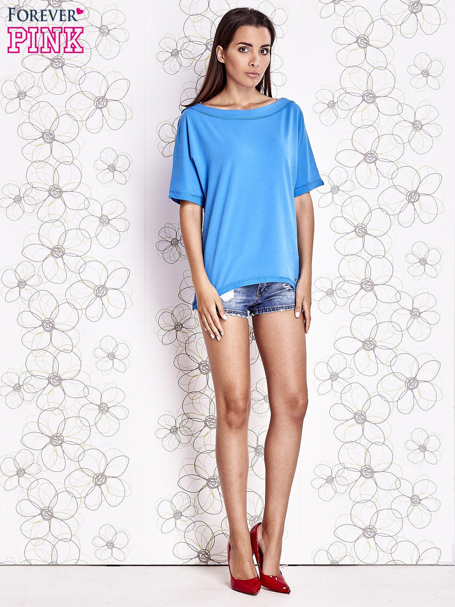 Niebieski t-shirt z dekoltem w łódkę                                  zdj.                                  2