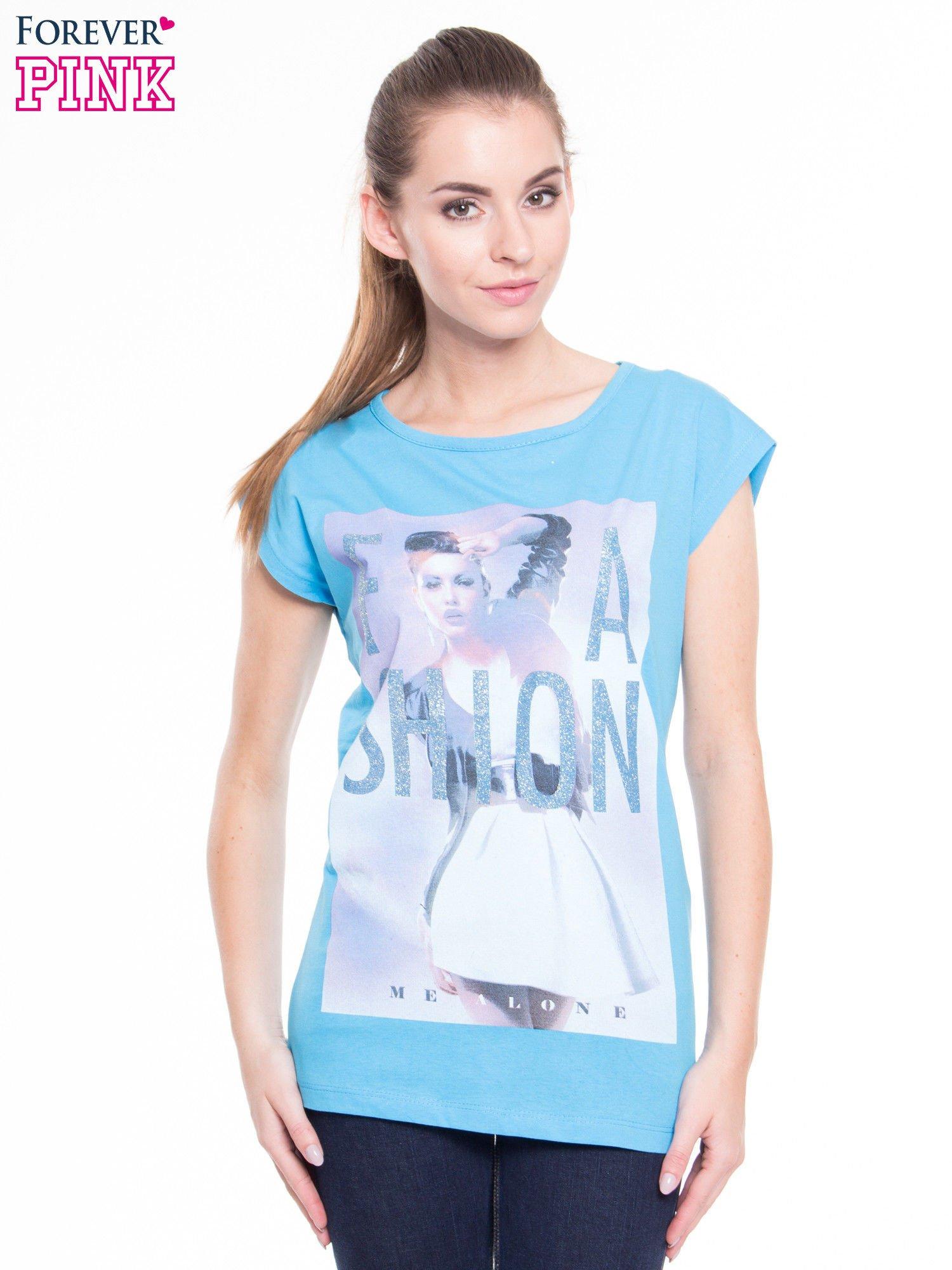 Niebieski t-shirt z nadrukiem fashion                                  zdj.                                  1