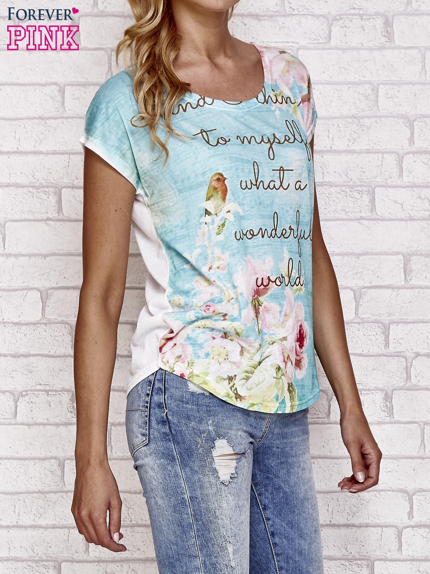 Niebieski t-shirt z nadrukiem przyrody                                  zdj.                                  3