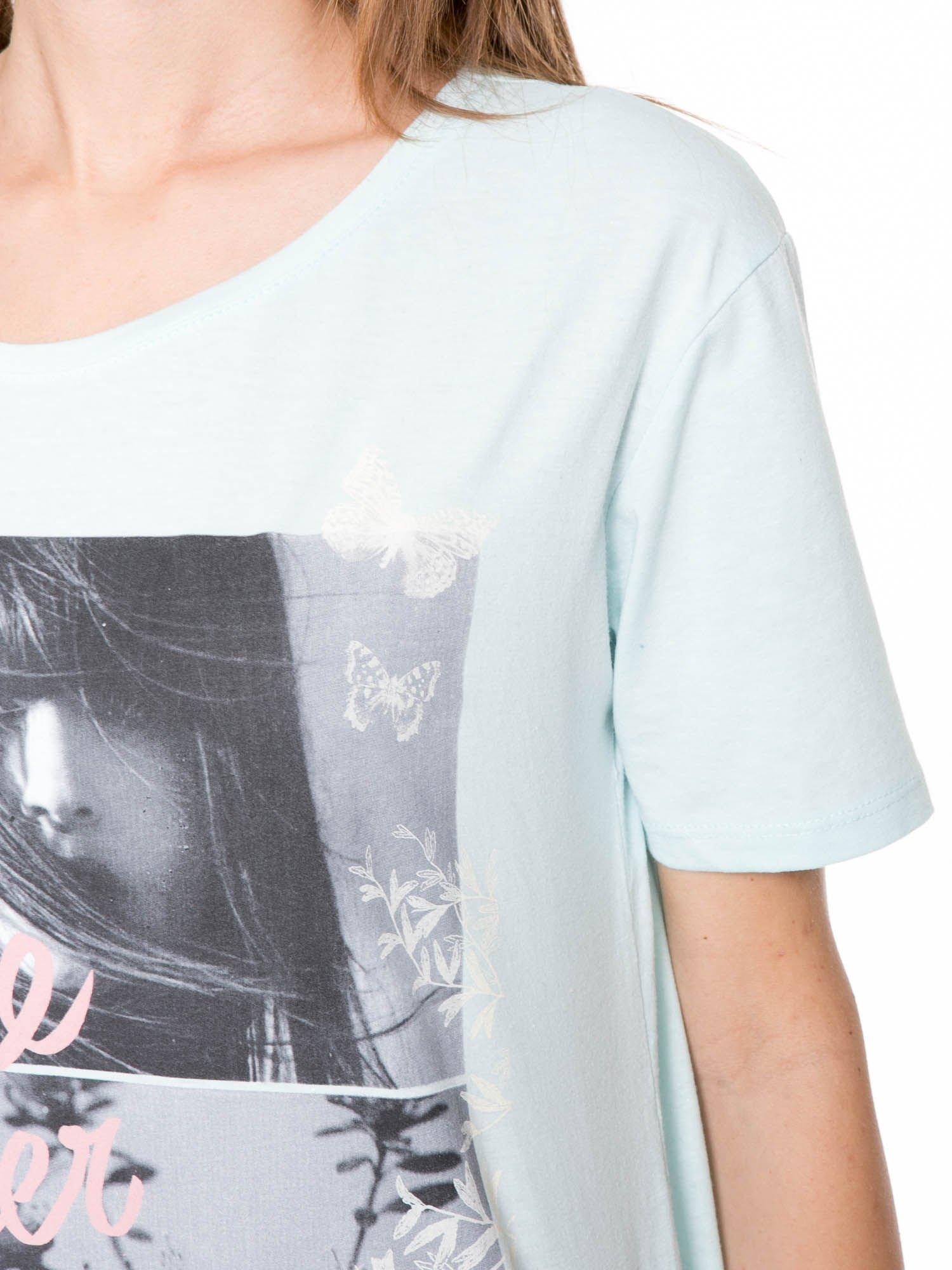 Niebieski t-shirt z romantycznym nadrukiem dziewczyny                                  zdj.                                  7