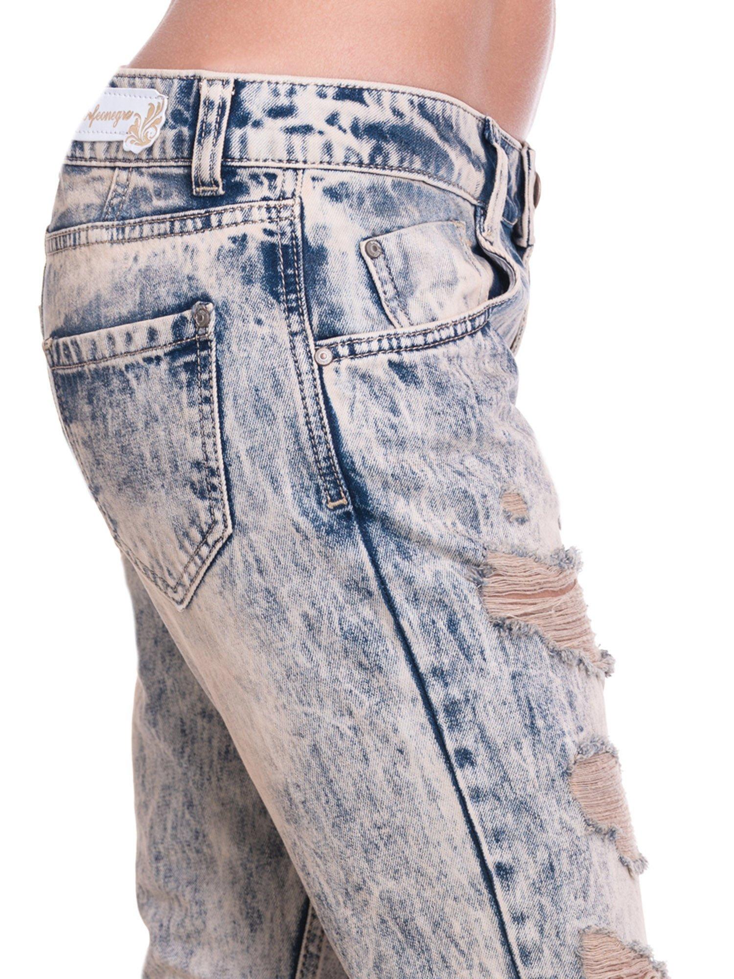 Niebieskie dekatyzowane spodnie rurki z przetarciami                                  zdj.                                  7