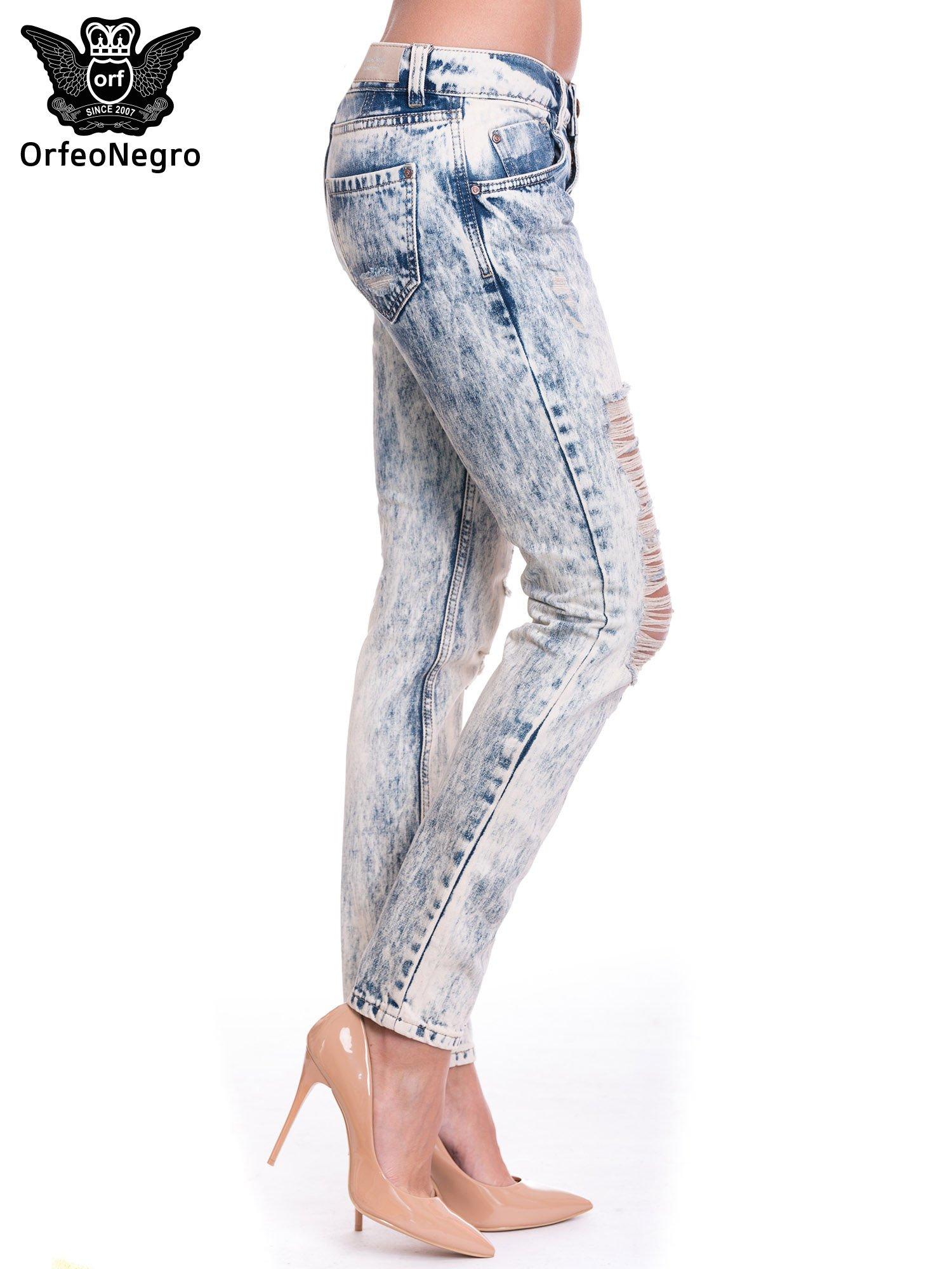 Niebieskie dekatyzowane spodnie trash jeans                                  zdj.                                  3