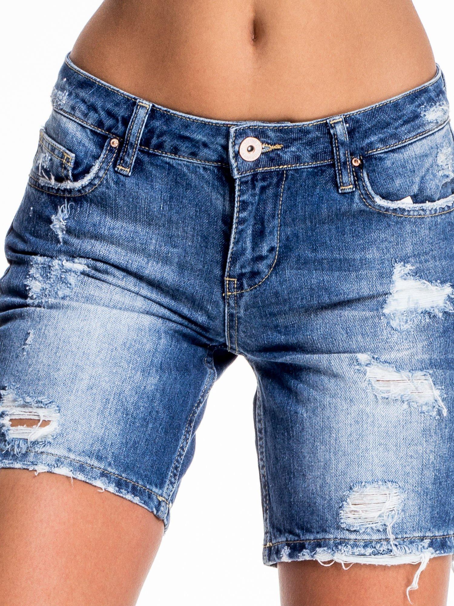 Niebieskie jeansowe szorty z dłuższą nogawką i przetarciami                                  zdj.                                  1