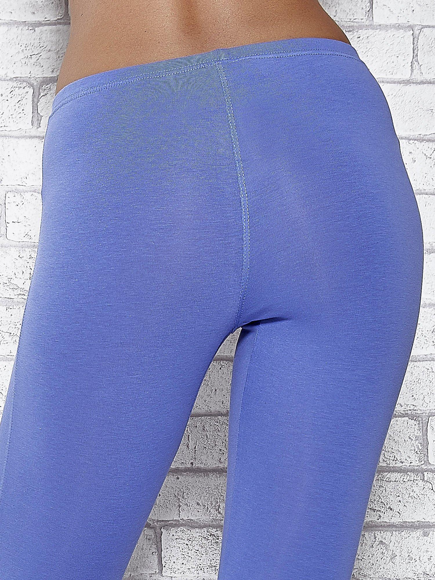 Niebieskie legginsy sportowe z dżetami i marszczoną nogawką za kolano                                  zdj.                                  5