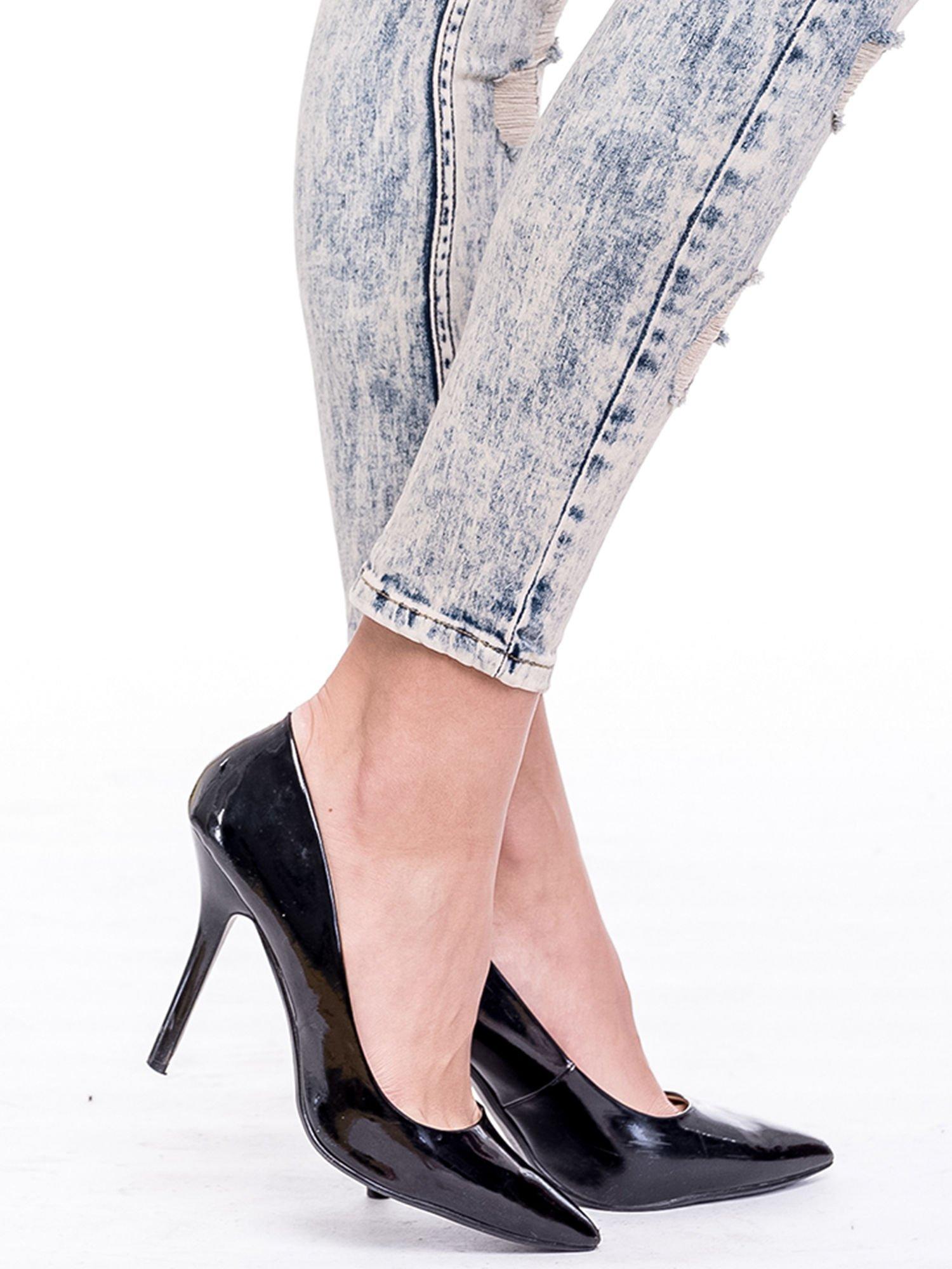 Niebieskie marmurkowe spodnie jeansowe z przetarciami                                  zdj.                                  6