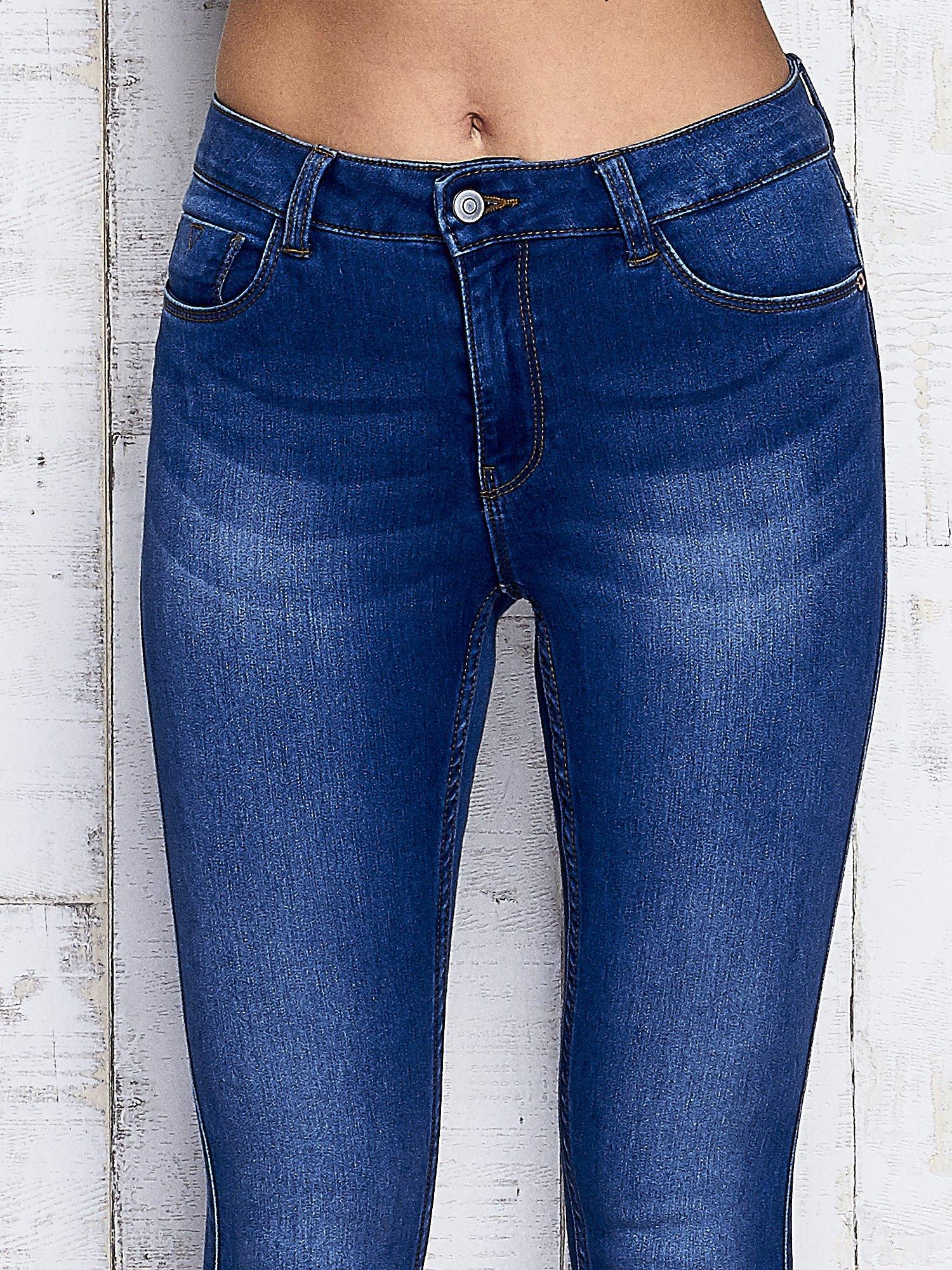 Niebieskie przecierane spodnie jeansowe                                   zdj.                                  4