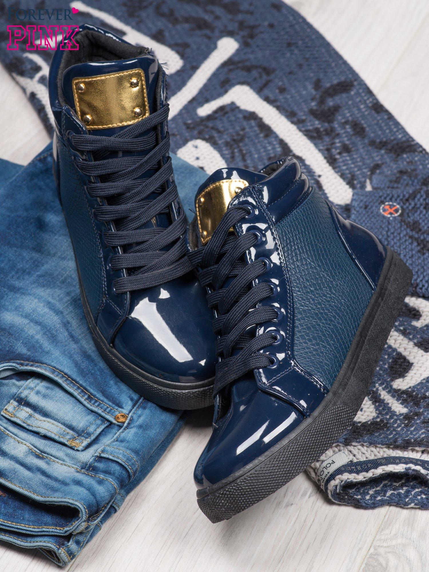 Niebieskie sneakersy z suwakiem i motywem skóry krokodyla                                  zdj.                                  2