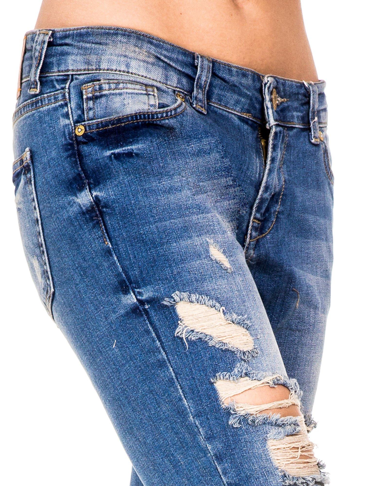 Niebieskie spodnie jeansowe rurki 7/8 z łatą i dziurami                                  zdj.                                  5