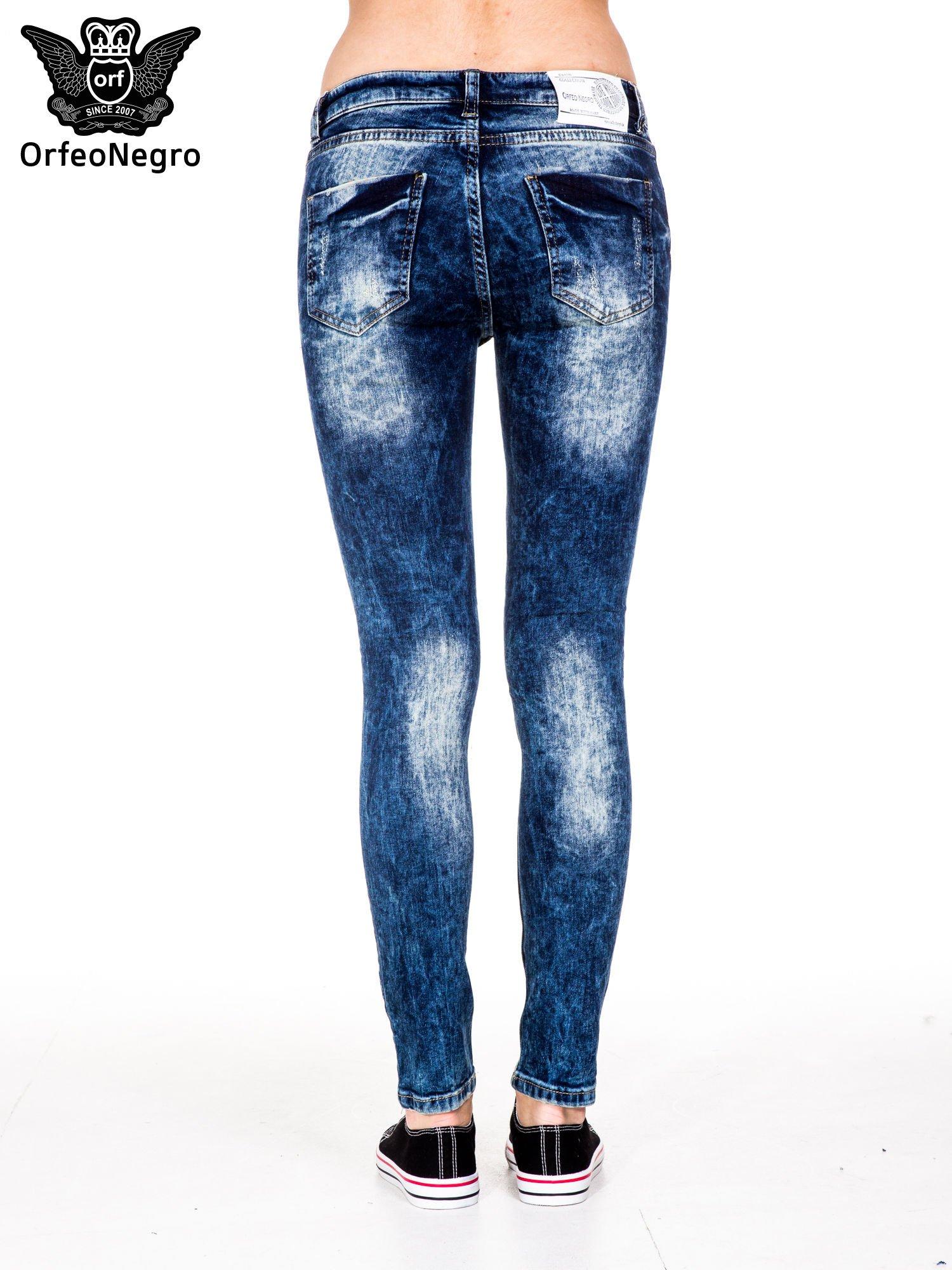 Niebieskie spodnie jeansowe rurki z cieniowaniem i rozdarciami na kolanach                                  zdj.                                  6