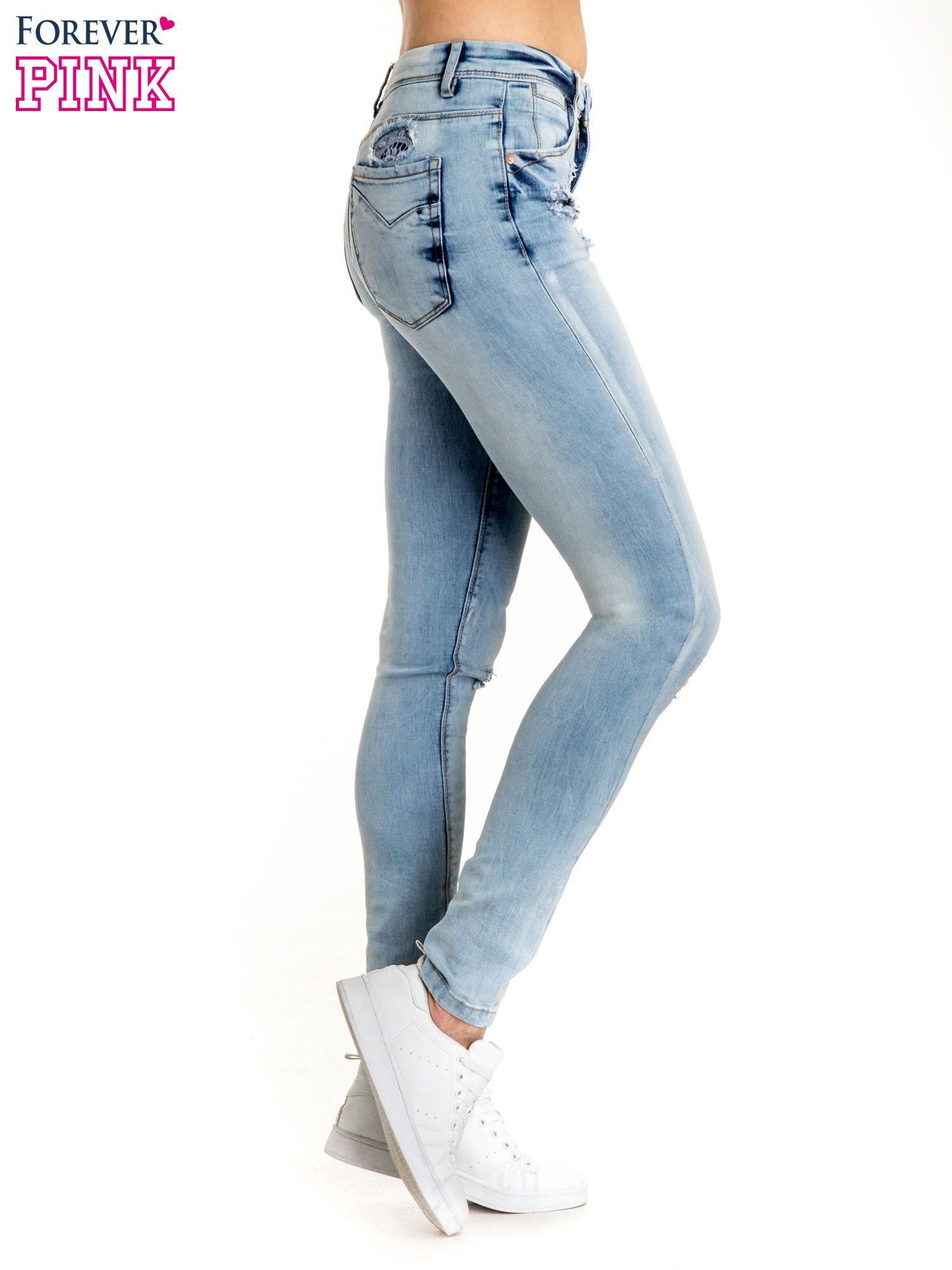 e327eec8 Niebieskie spodnie jeansowe skinny z dziurami na kolanach i haftem