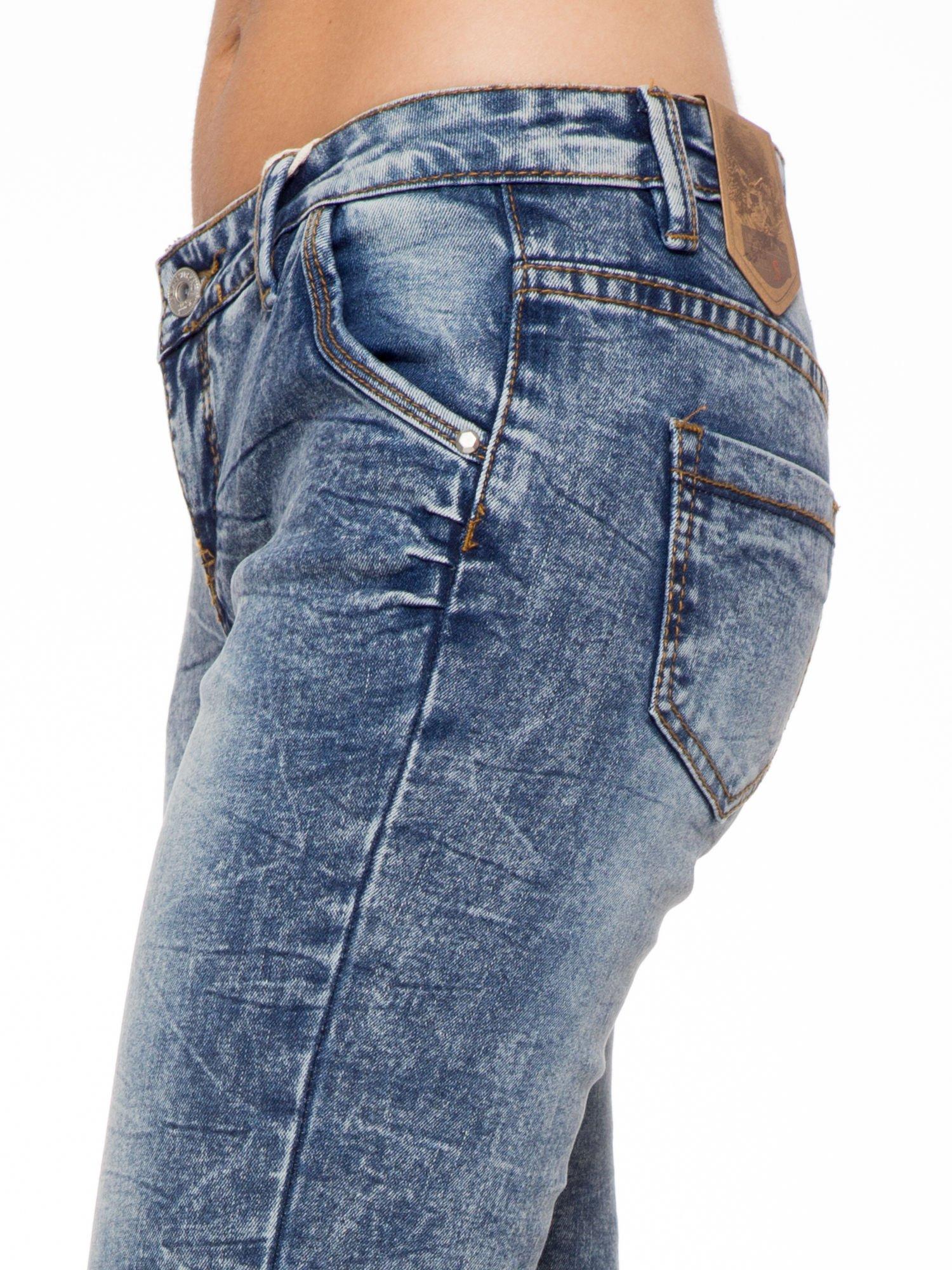 Niebieskie spodnie jeansowe z efektem sprania i gniecienia                                  zdj.                                  6