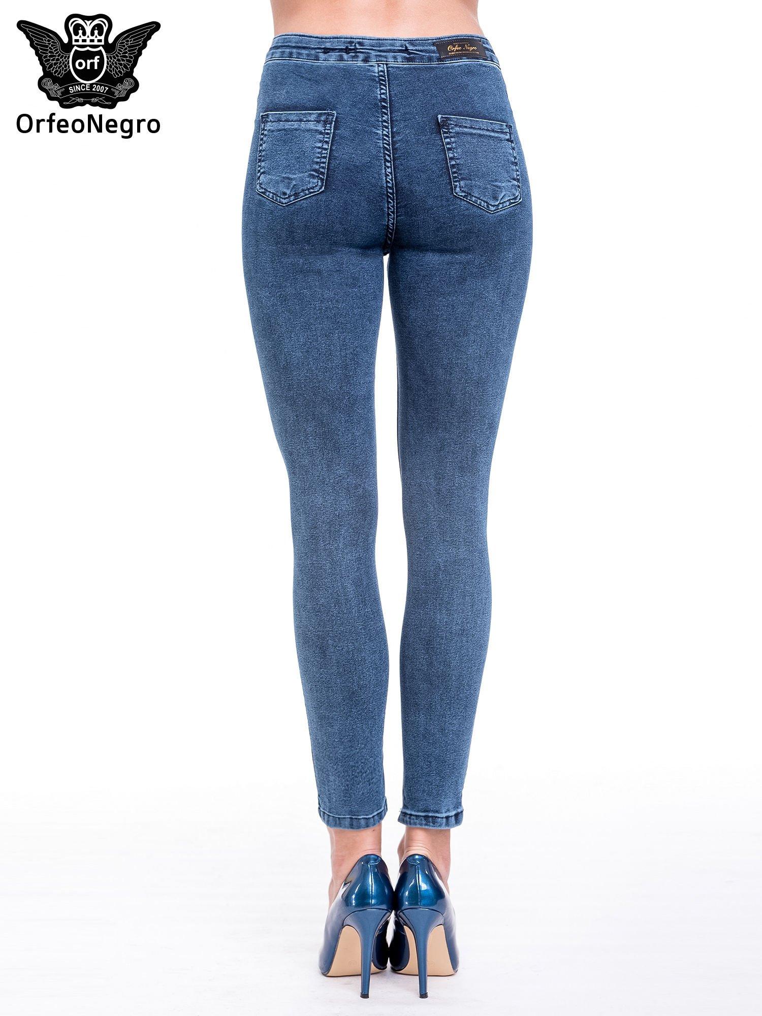 Niebieskie spodnie skinny jeans z wysokim stanem i rozdarciami na kolanach                                  zdj.                                  5