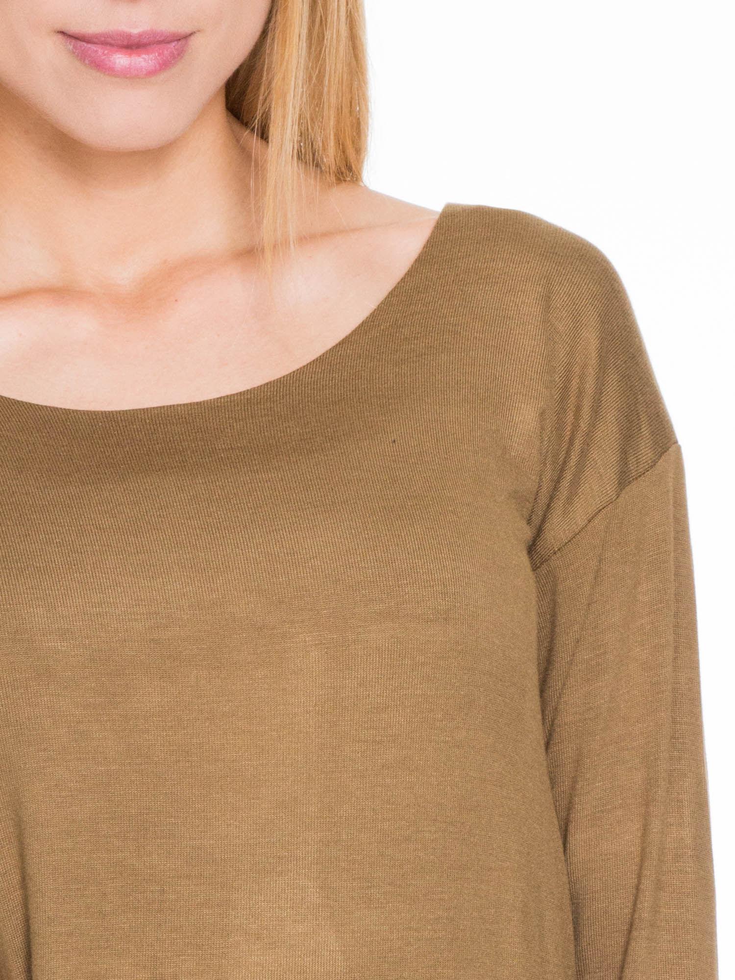 Oliwkowa bluzka z kopertowym dekoltem na plecach                                  zdj.                                  3