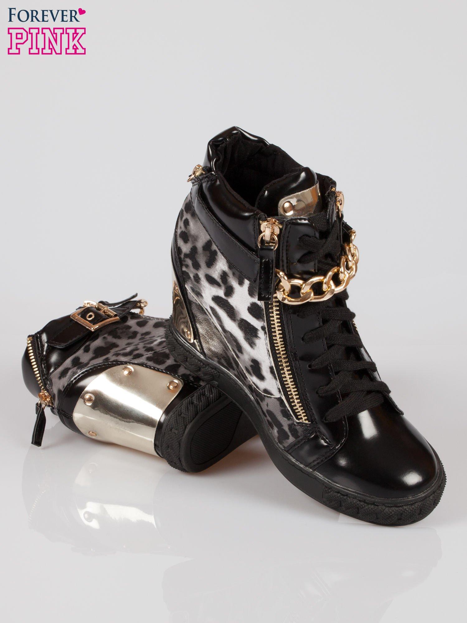 Panterkowe sneakersy z blaszką i łańcuchami                                  zdj.                                  4