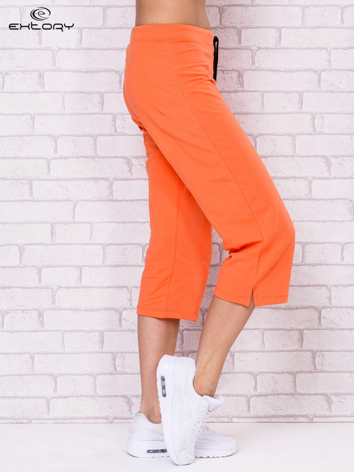 Pomarańczowe spodnie sportowe capri                                  zdj.                                  3