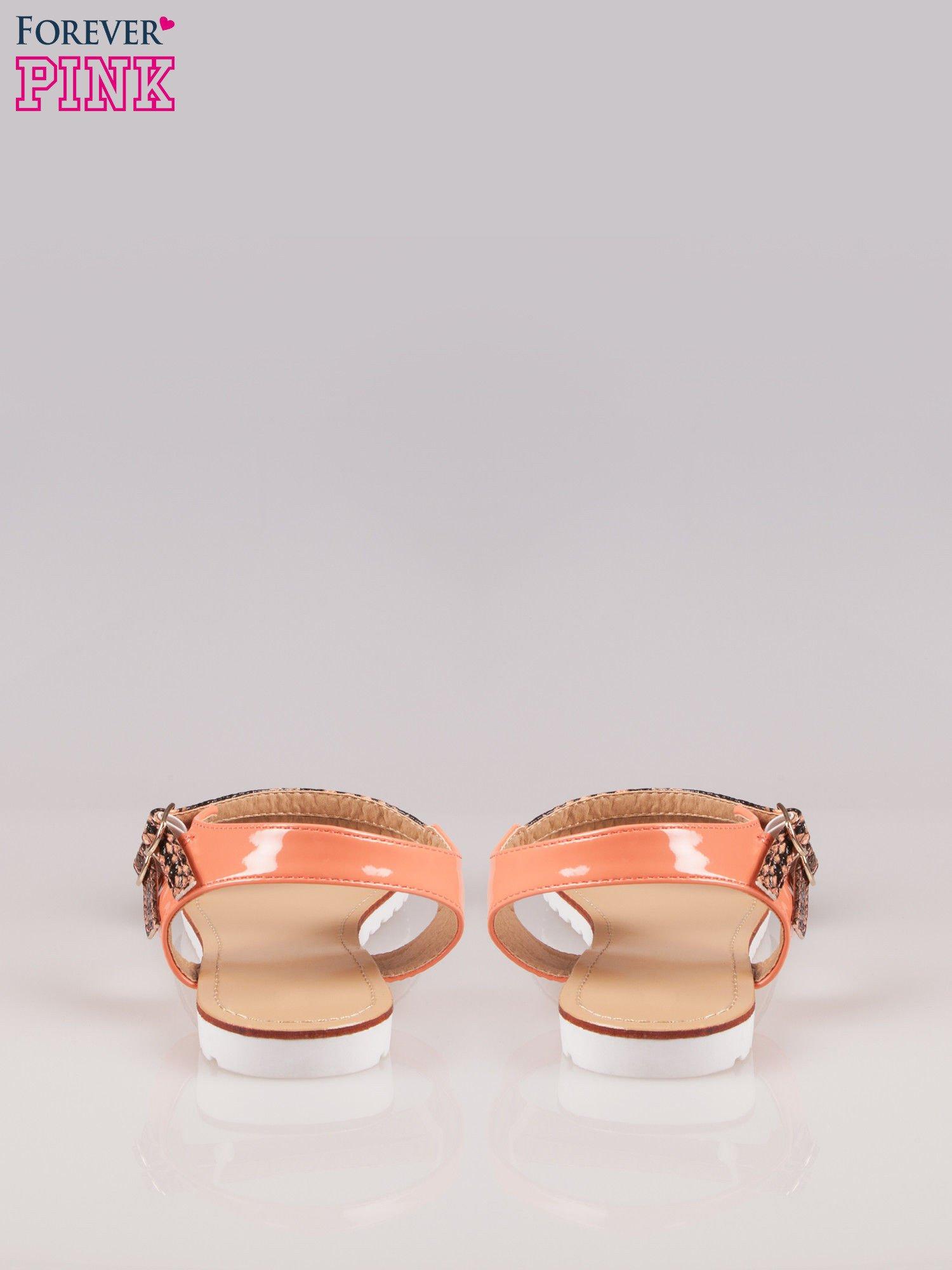 Pomarańczowe wężowe płaskie sandały Raylin z podwójną klamrą                                  zdj.                                  3