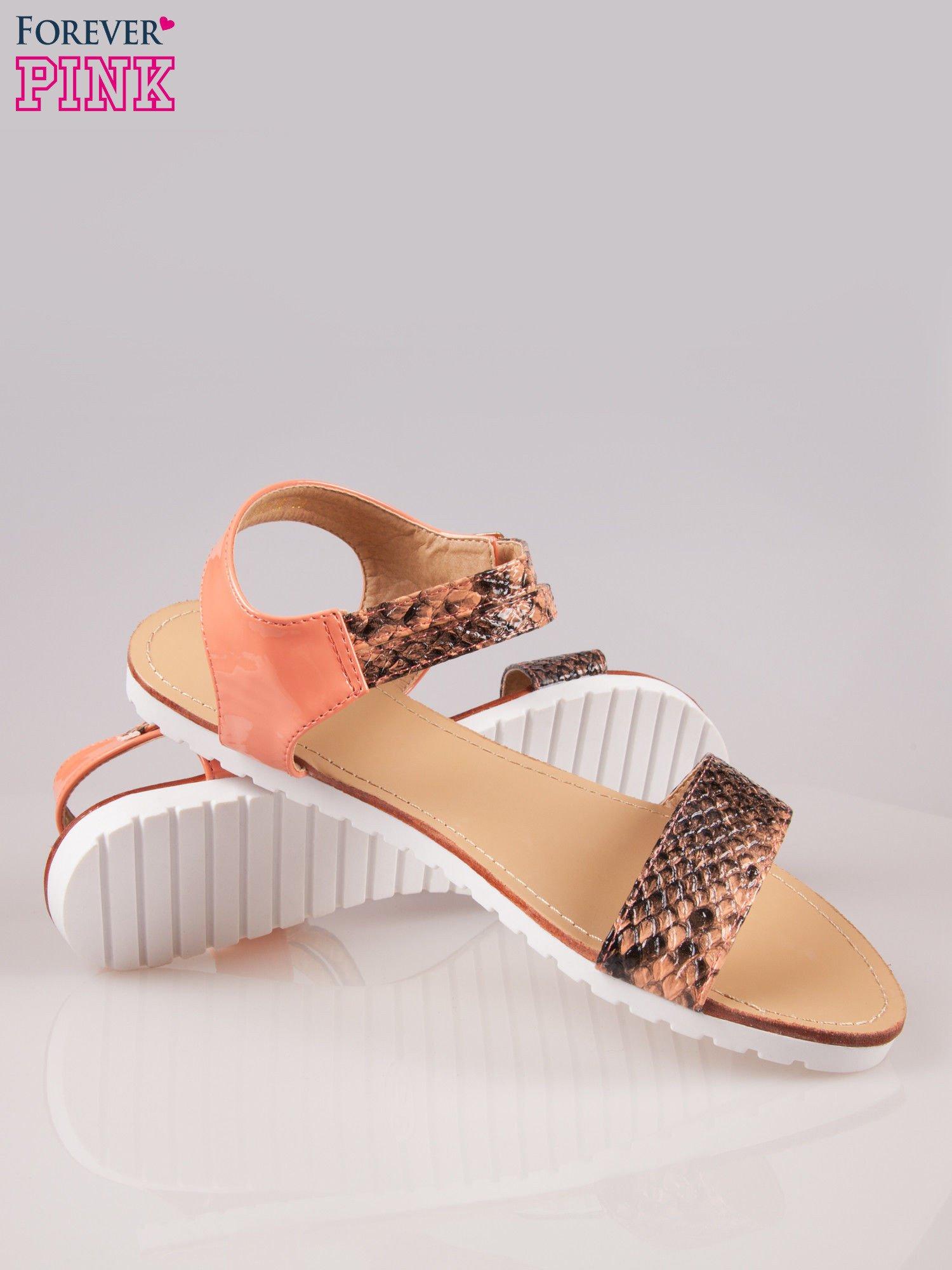 Pomarańczowe wężowe płaskie sandały Raylin z podwójną klamrą                                  zdj.                                  4